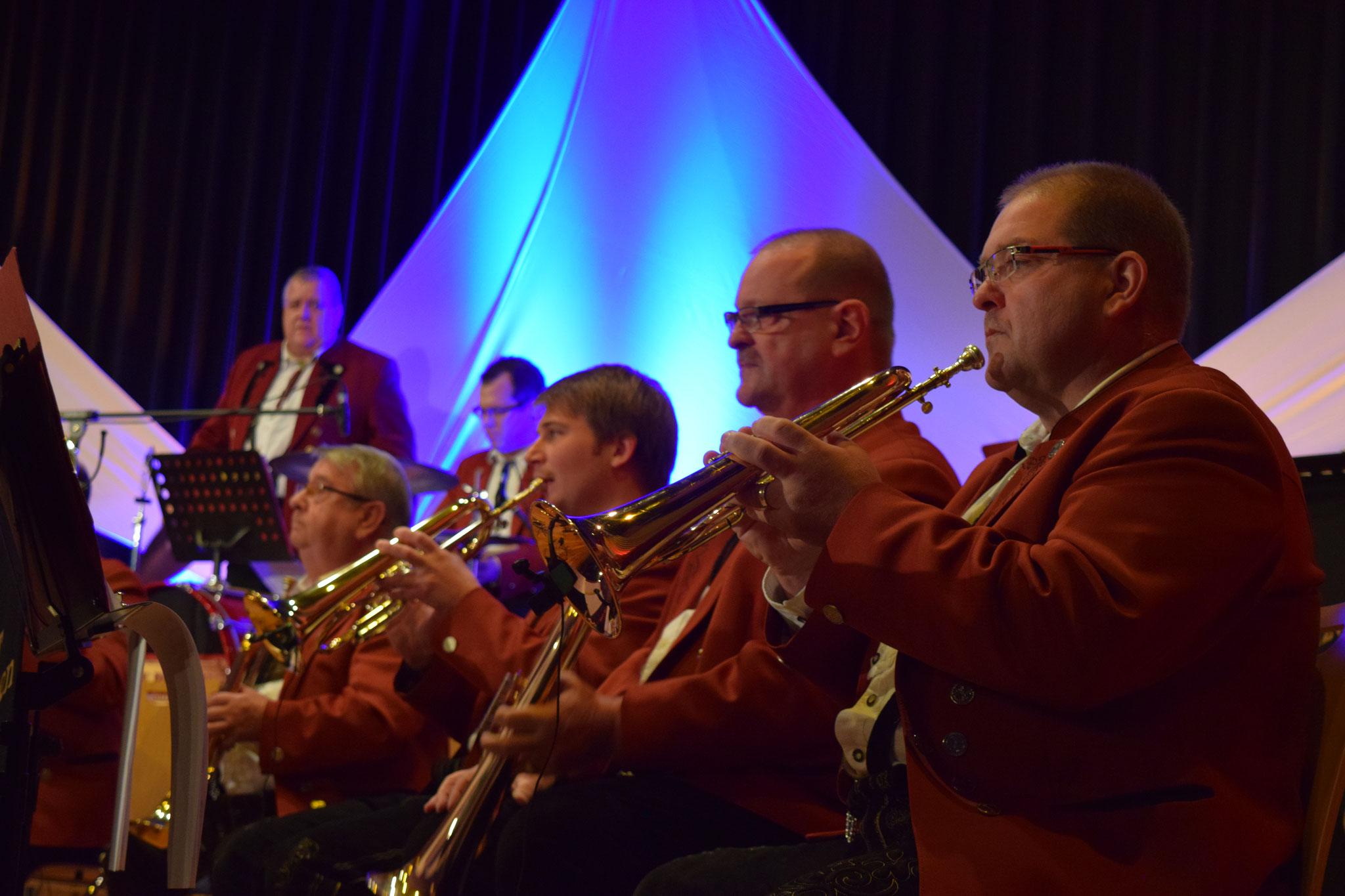 """Hans-Gert Henkes , Reinhard Hoff , Marius Schwarz und Karl Trenz , (oben) Christian Ersfeld  (Schlagzeug)und """"Schlucker"""" Stefan Klein"""