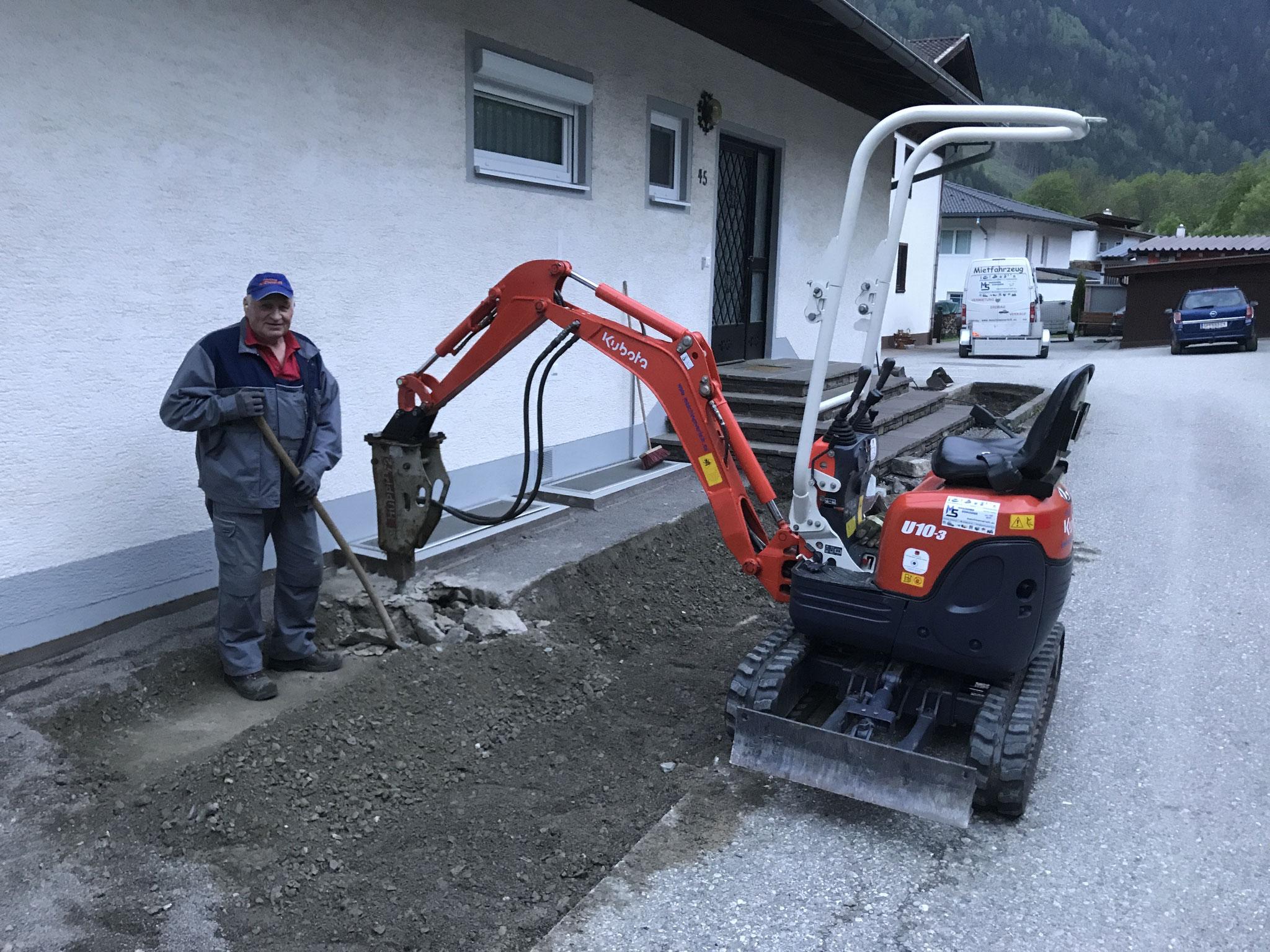 Vorsichtiger Abriss von Altbestand rund um das fertige Wohnhaus.