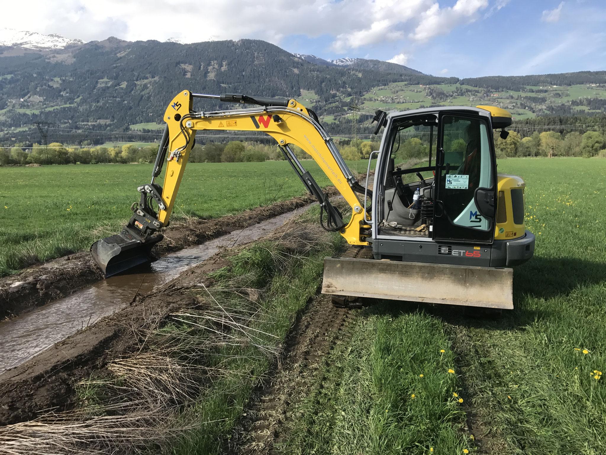 Räumung von Wassergräben nach dem Hochwasser verhindert weitere Schäden.