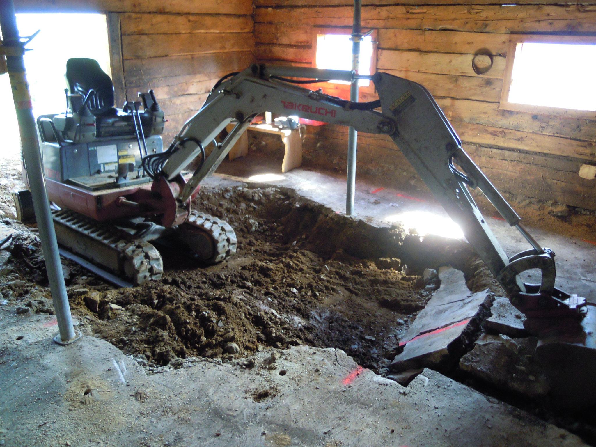 Abbruch von Unterbeton auf engsten Raum mit Hilfe eines Minibaggers.