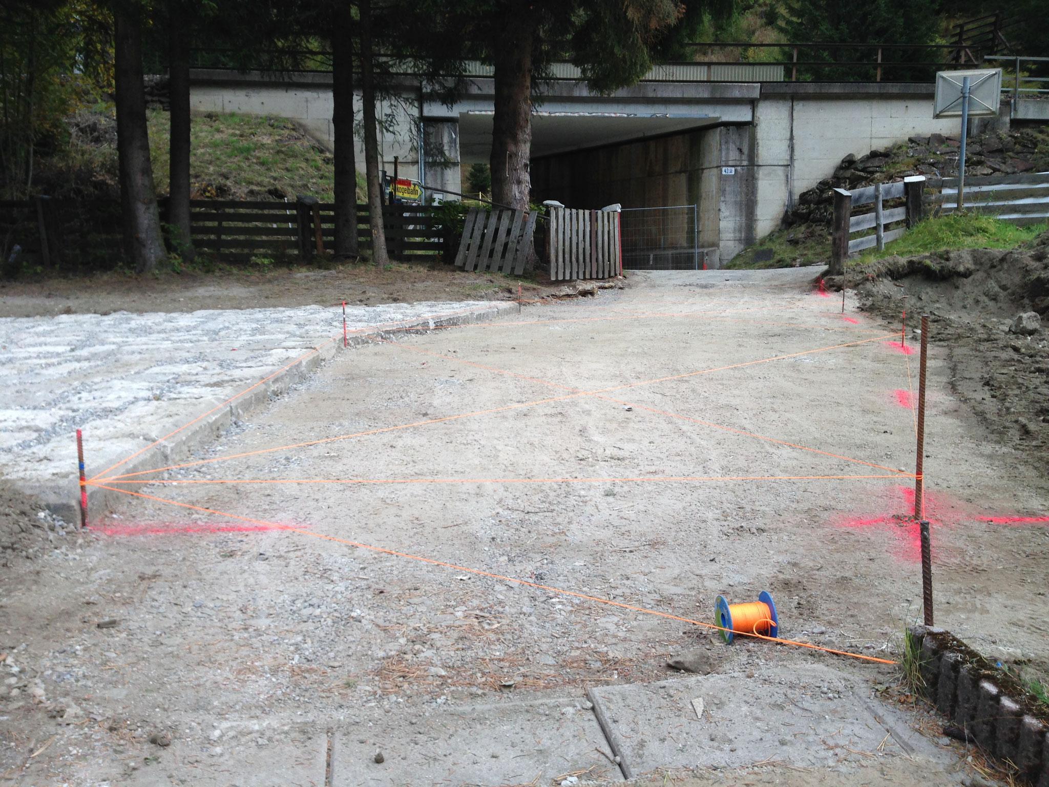 Herstellung des Bodenaufbaues bis zur Feinplanie.