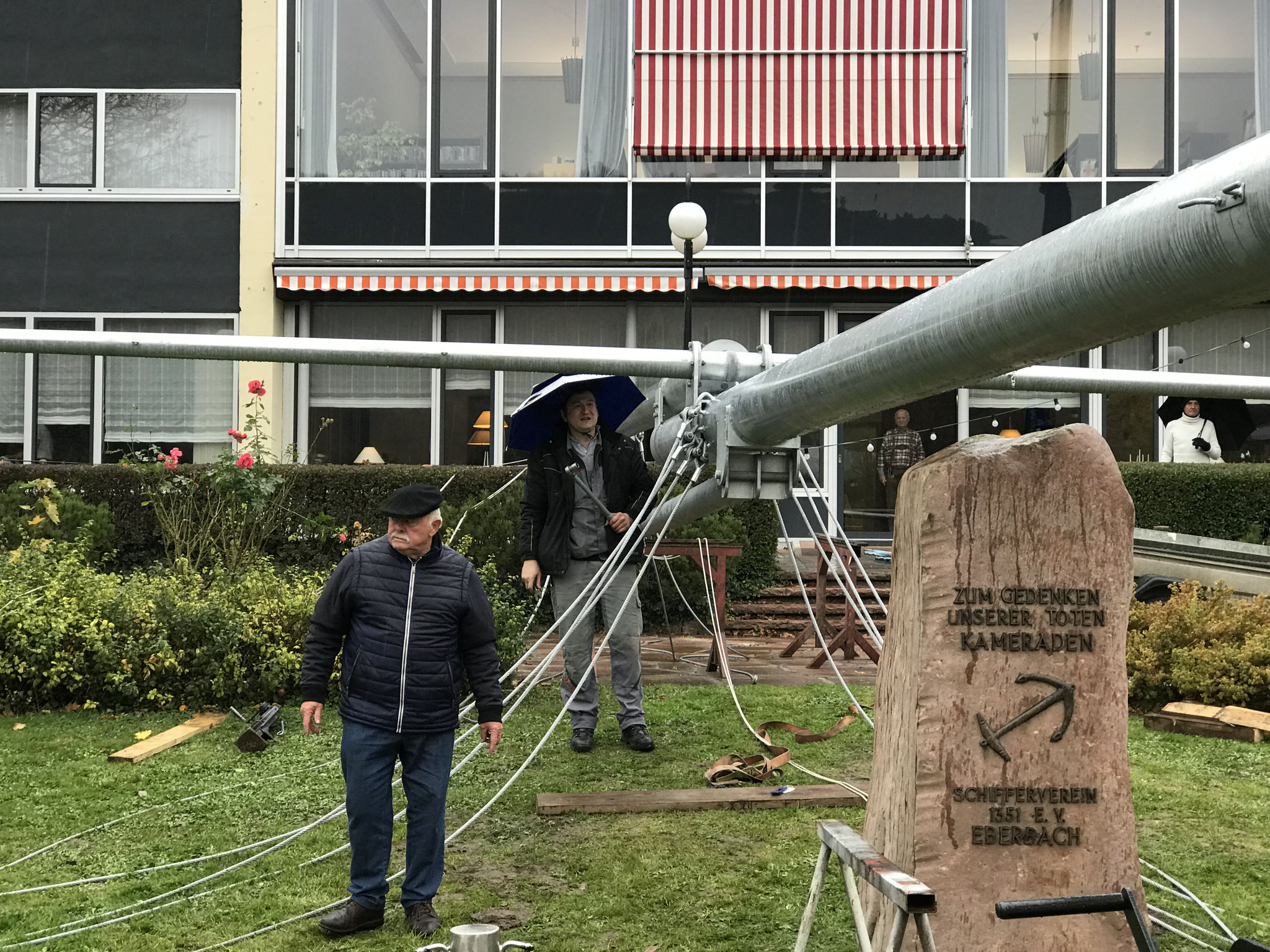 Seile und Flaggenleinen werden befestigt