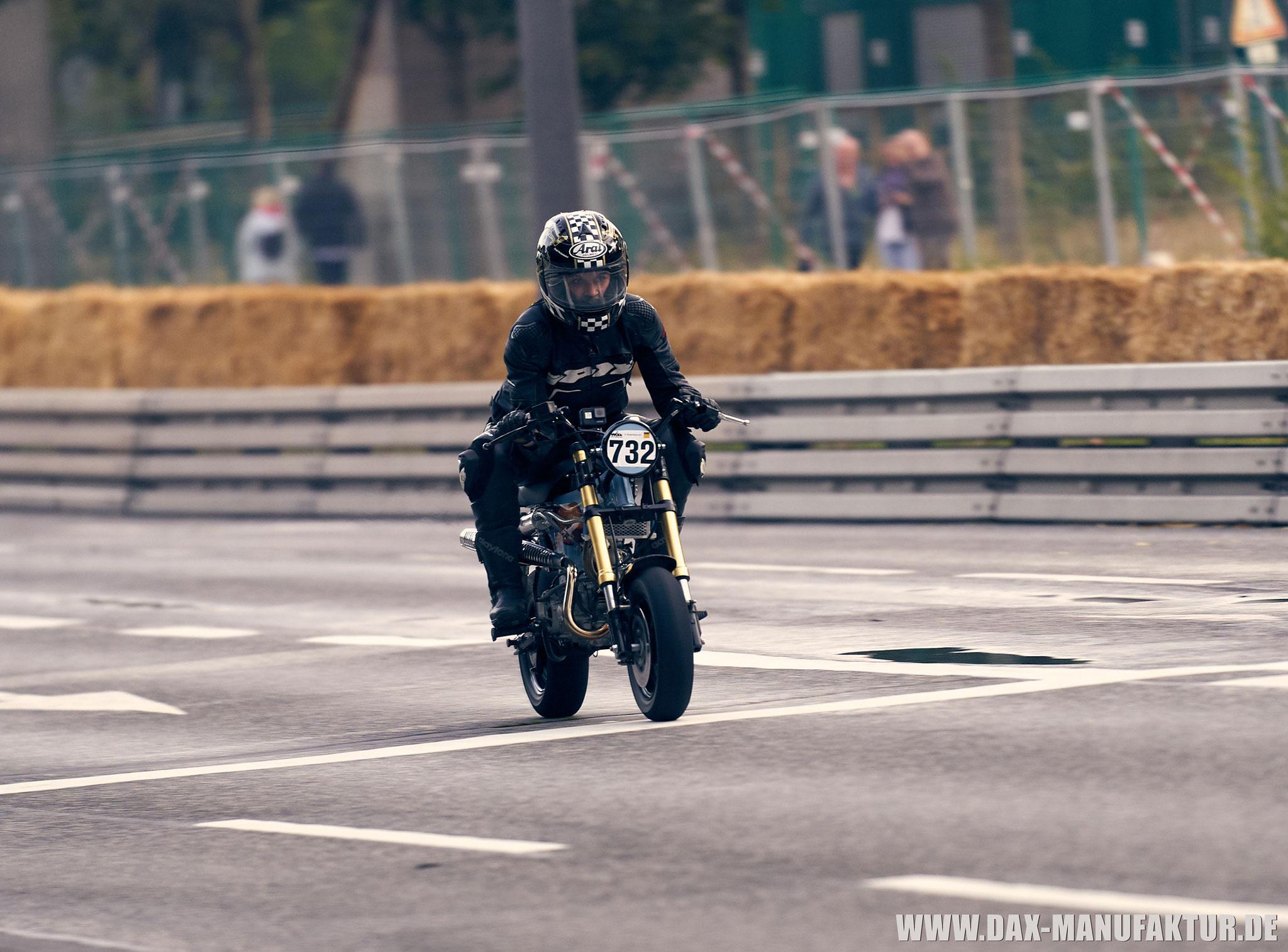 Fahrerin und Moped heil im Ziel!