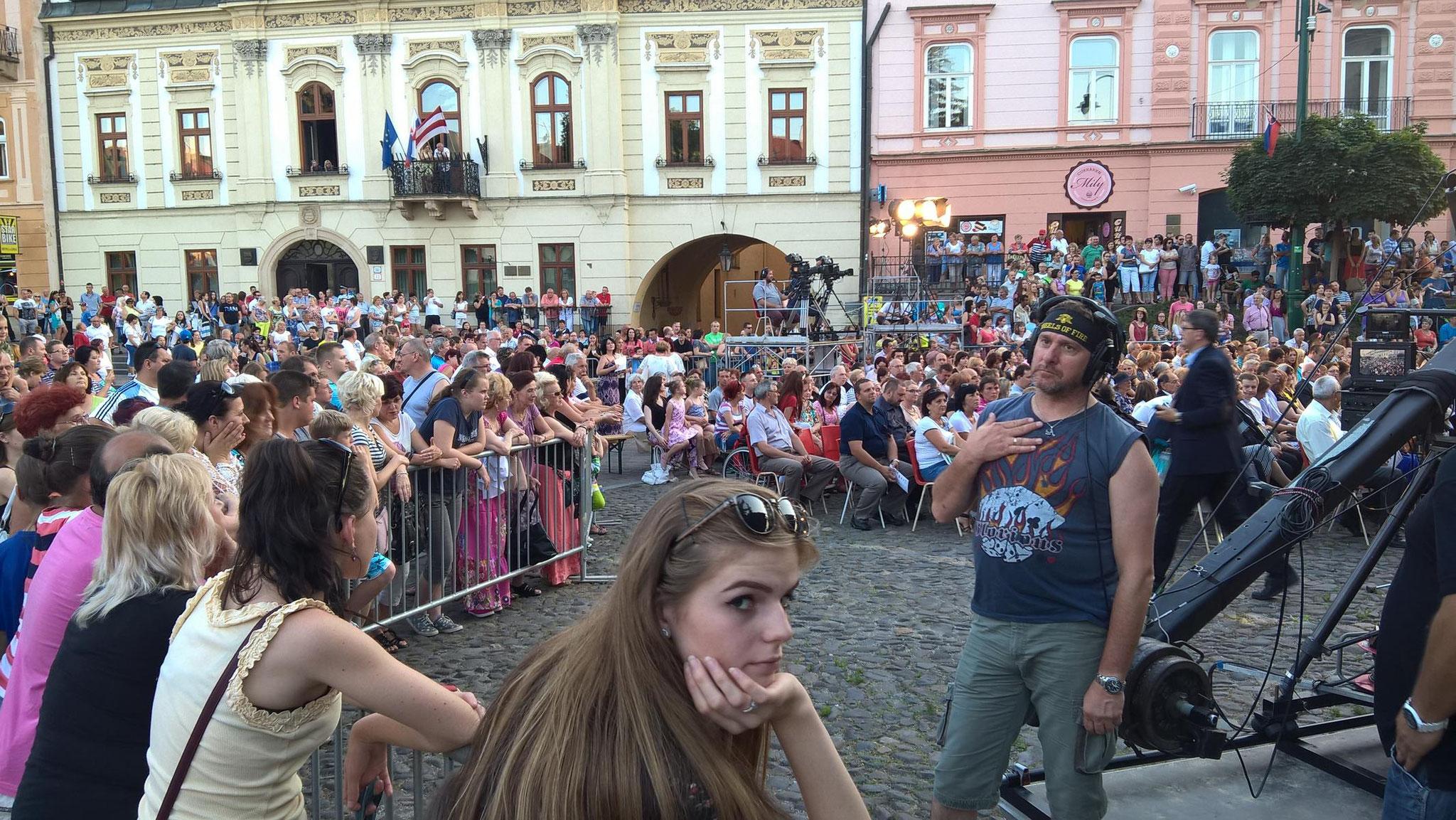 An einem warmen Juli-Abend warten die Einwohner von Presov (Slowakei) auf den Beginn eines Klassikkonzertes, das vom Fernsehen übertragen wird.