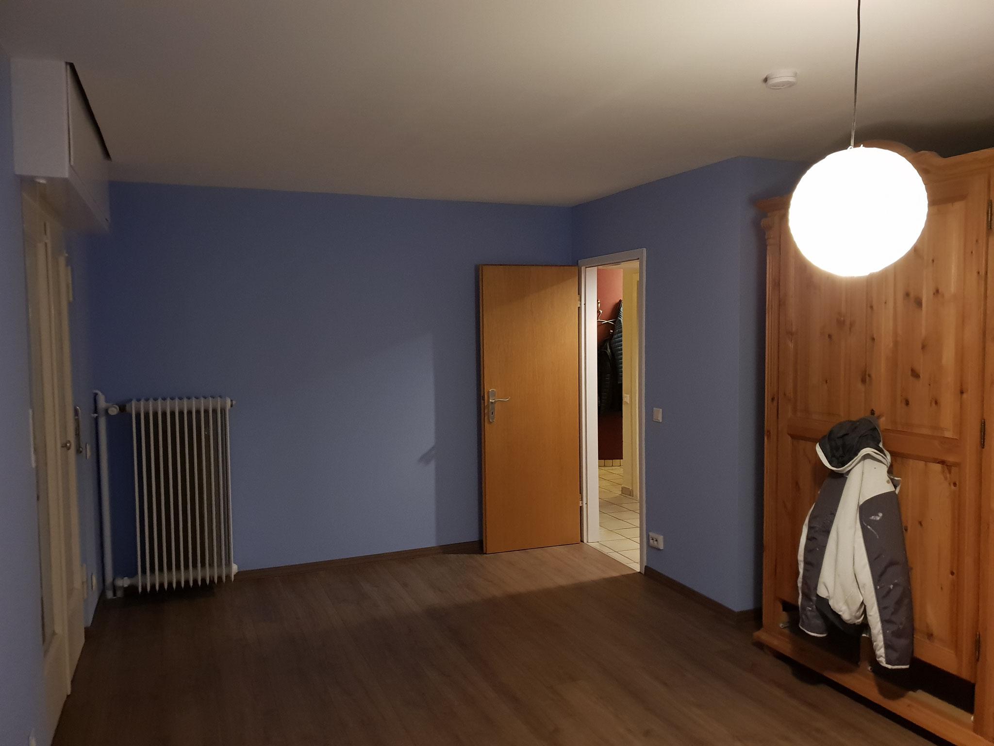 Endergebnis nach Renovierung: Decke abgehangen; Wände mit Silikatputz gespachtelt (positiver Einfluss auf das Raumklima) und neuen Laminat verlegt.