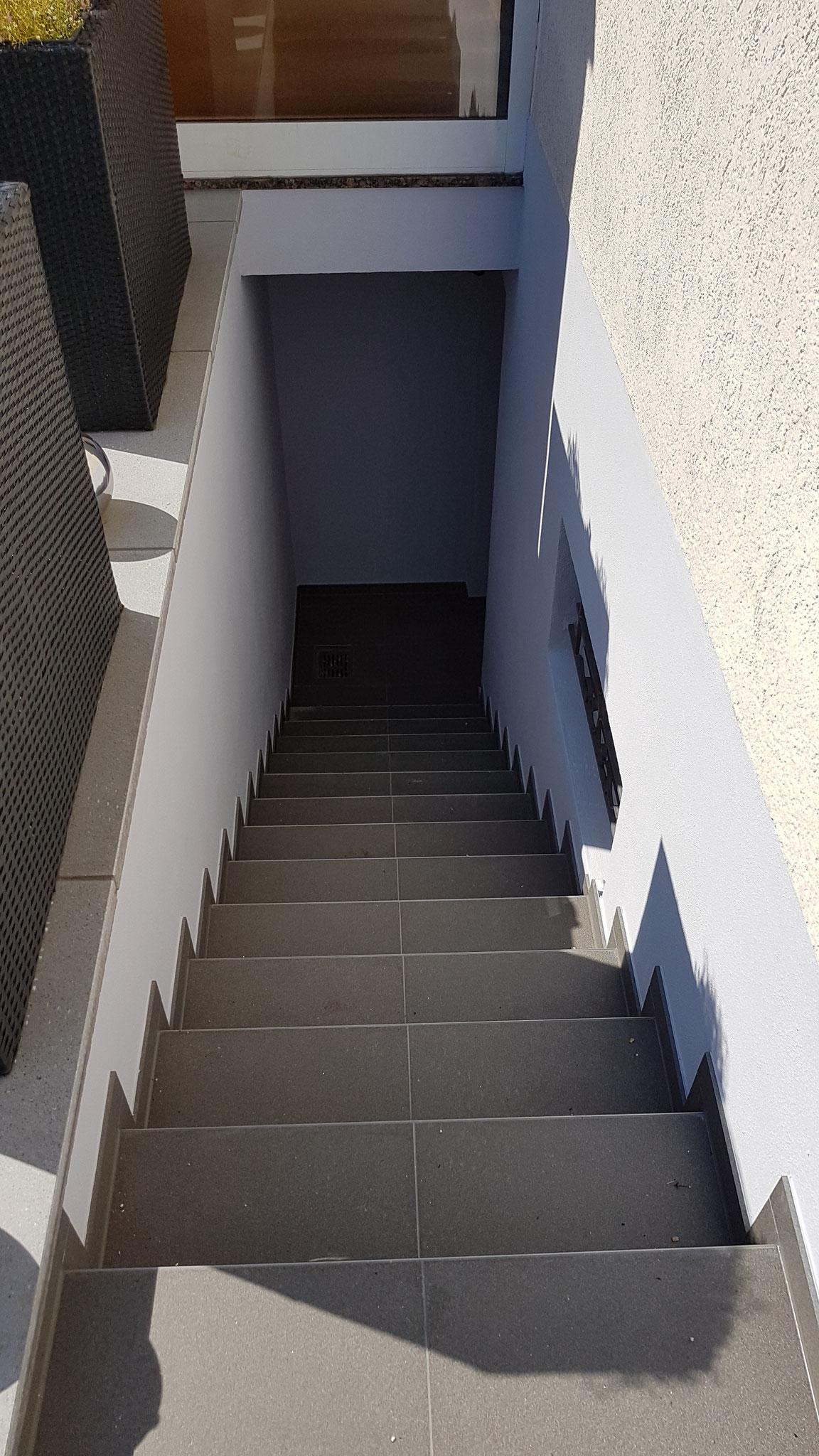 Nachher - Kellerabgang gestrichen mit Silicon-Fassadenfarbe
