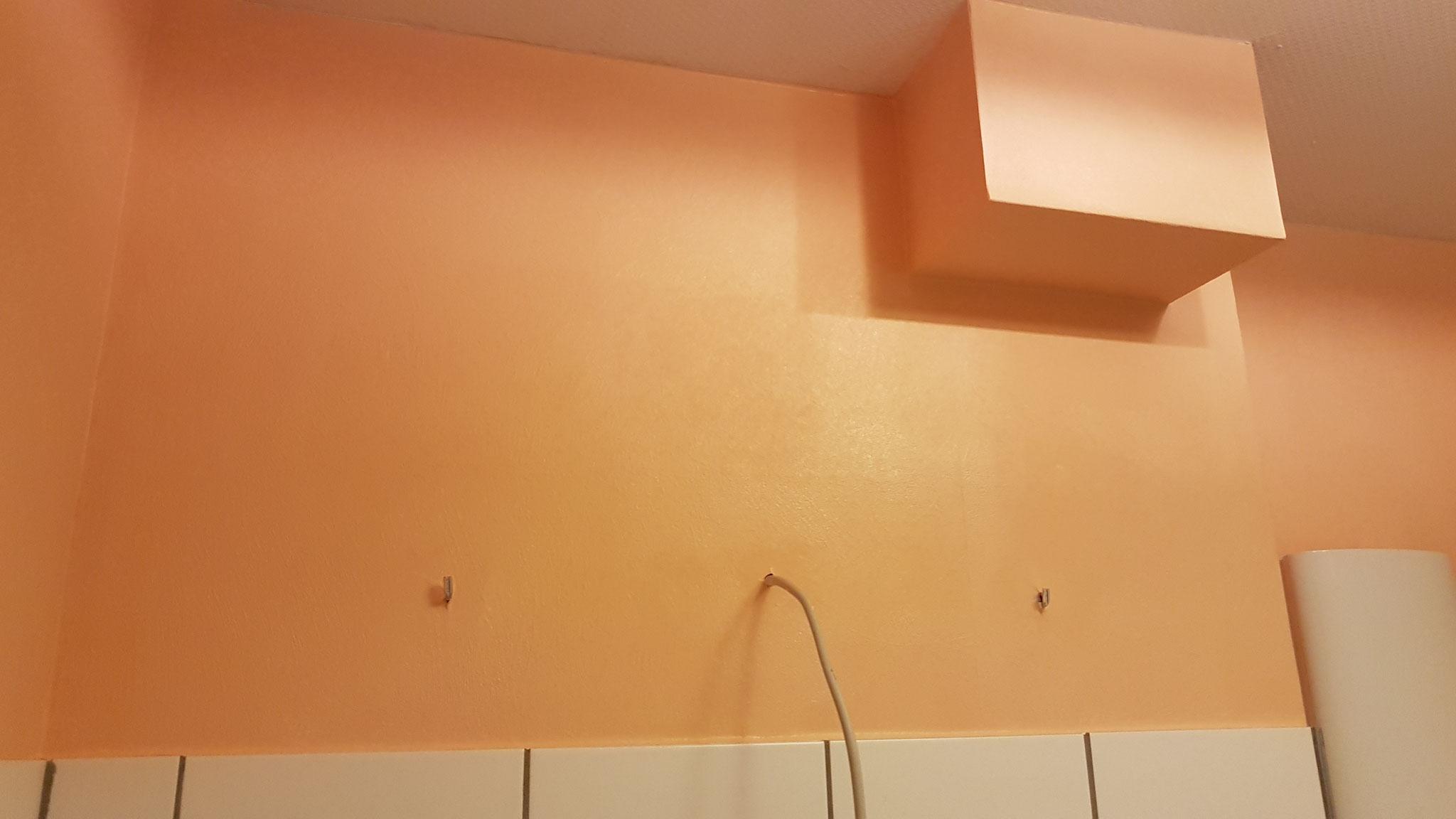 Fertig tapeziertes und gestrichenes Badezimmer.