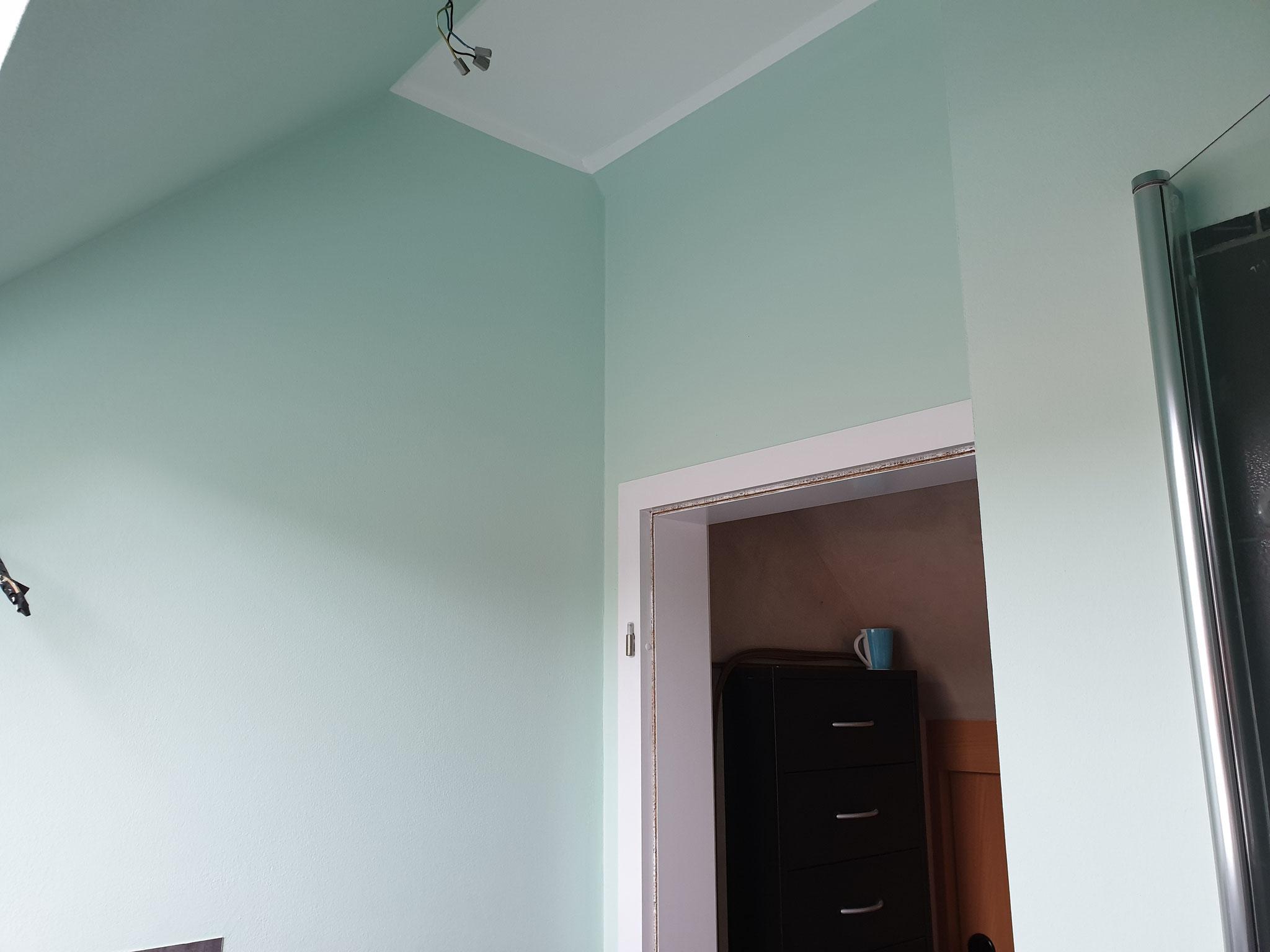 Endergebnis: Fliesen wurden überspachtelt und ein Silikatputz (zur Verbesserung der Feuchtigkeitsregulierung) wurde aufgetragen. Anschließend wurde farblich mit Silikatfarbe gestrichen.