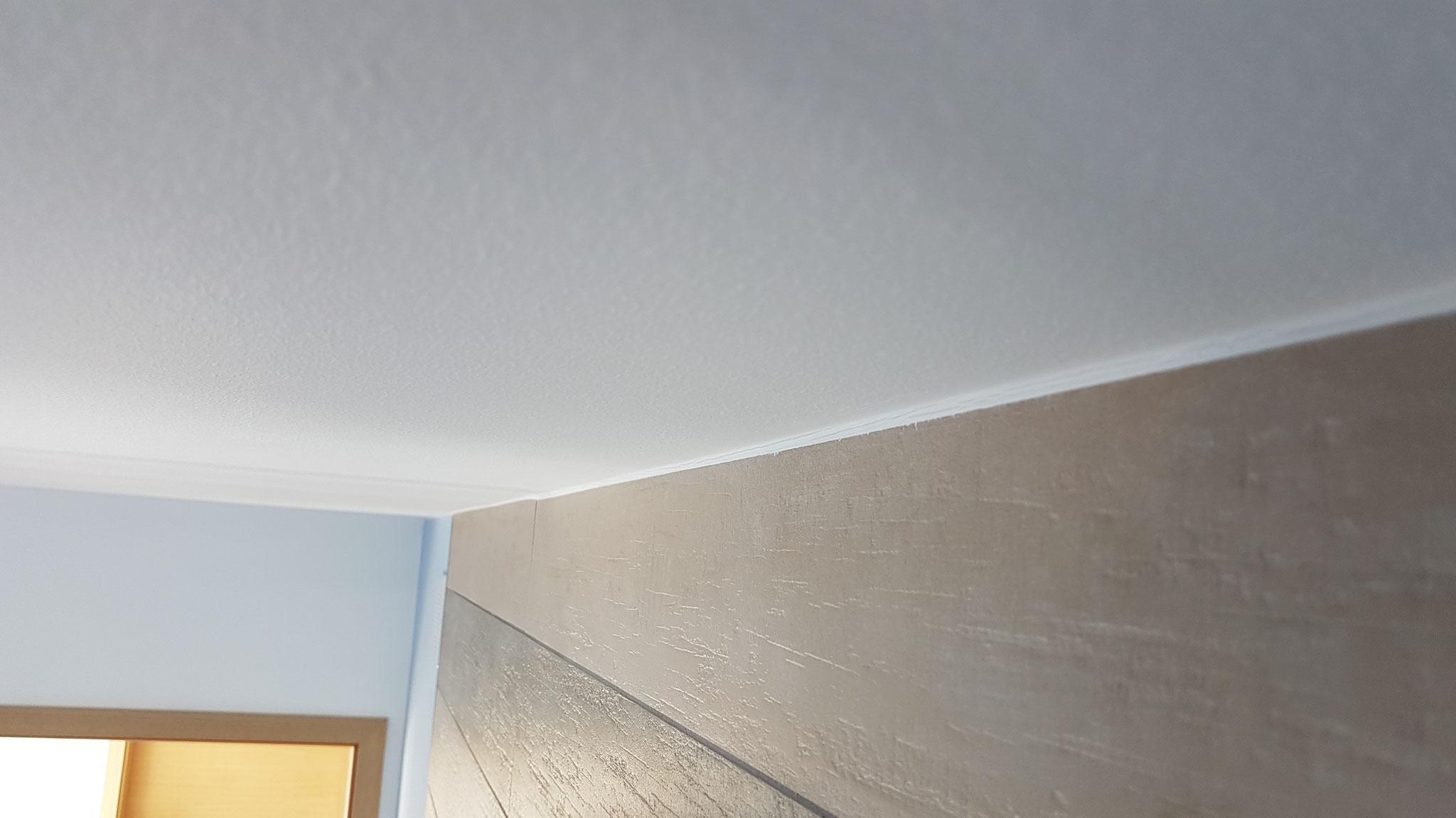 Die Versiegelung im Bereich der Decke und Wandfliese ist nun hergestellt.