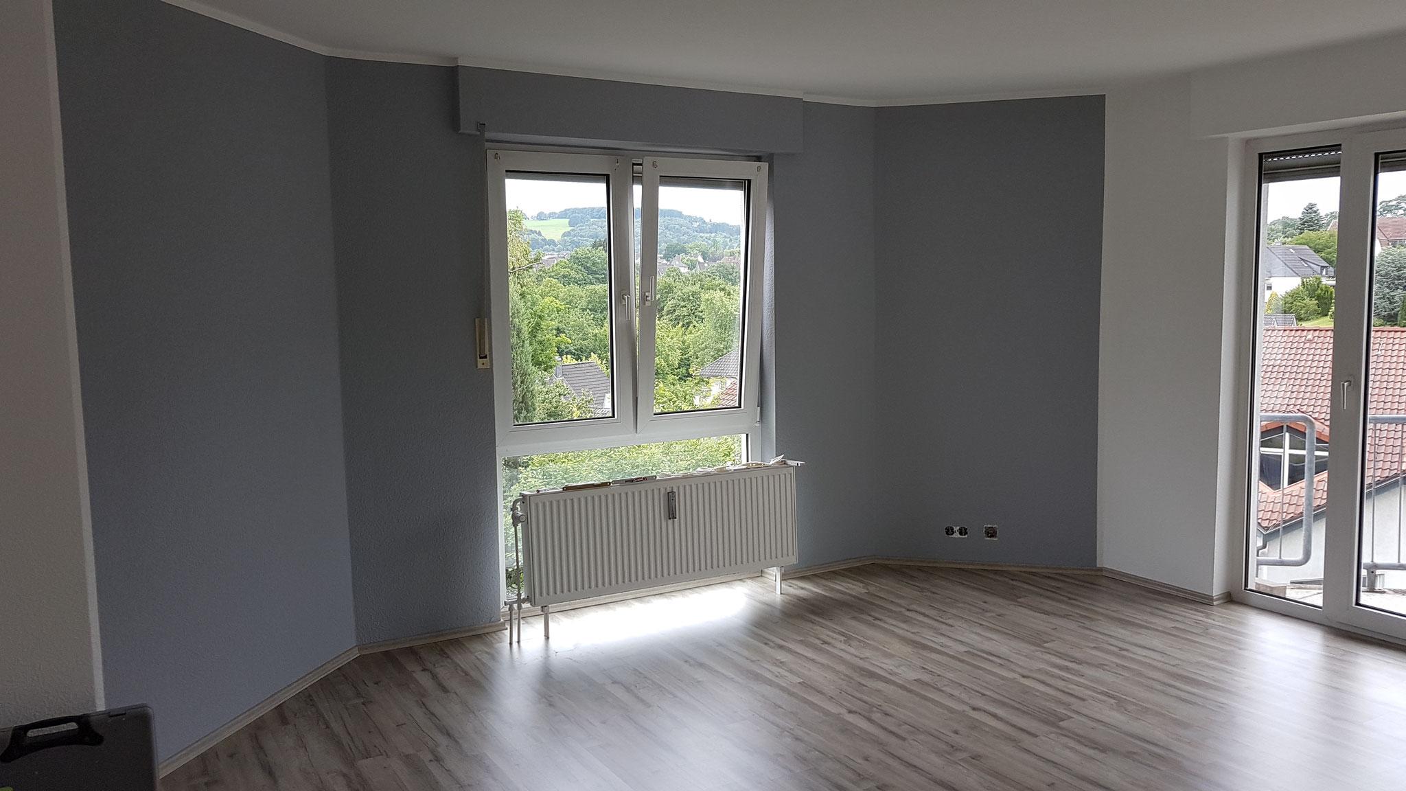 Nachher - Wohnzimmer mit neuem Boden und nach Kundenwunsch gestrichen