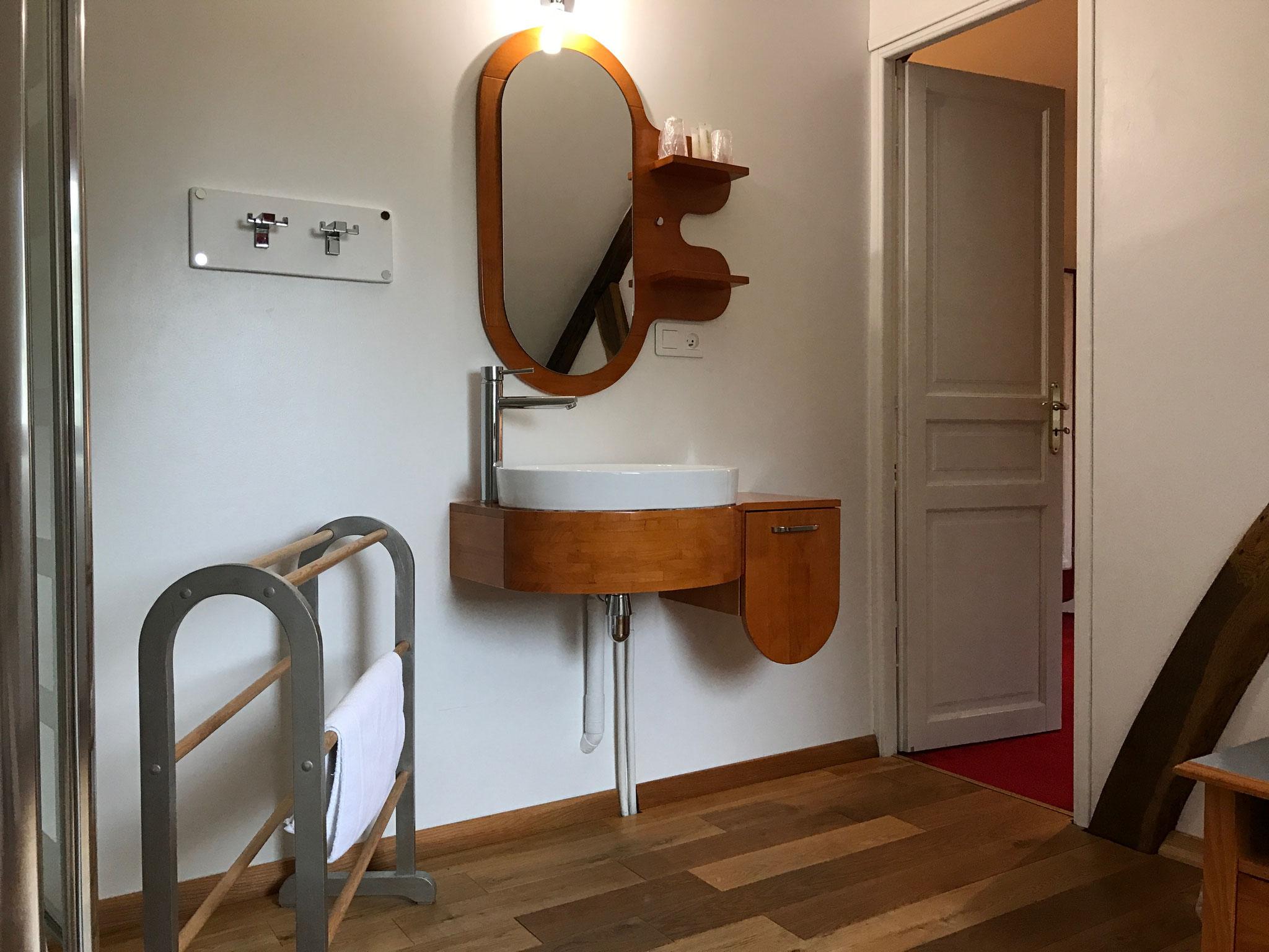 Salle d'eau (douche, lavabo, wc, sèche-cheveux)