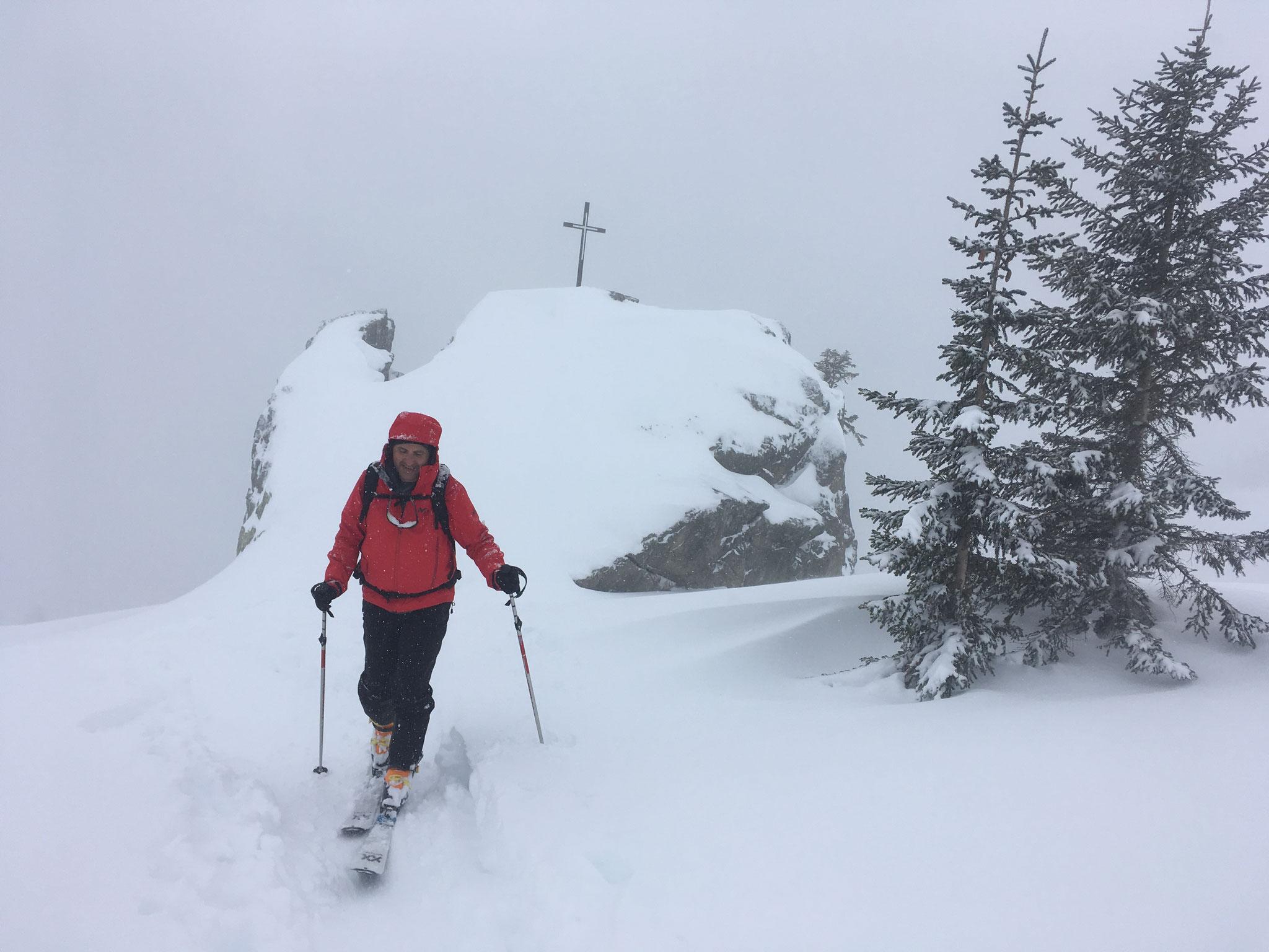 Sous la neige, Eric arrive à Loriaz