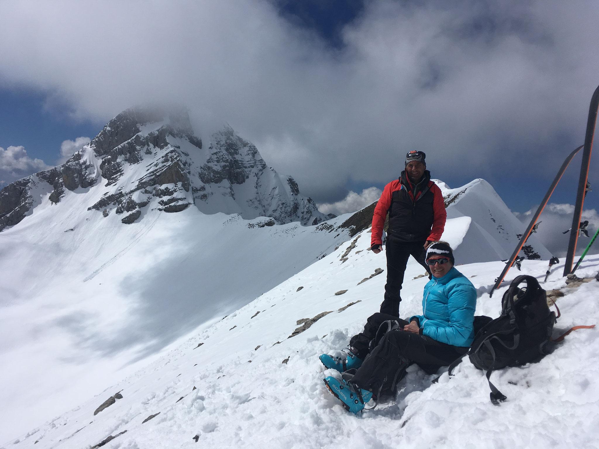 Au-dessus du Lac de Peyre, Bernadette et Christian au point culminant, sur l'arête de la Pointe de Balafrasse, devant la Pointe Blanche