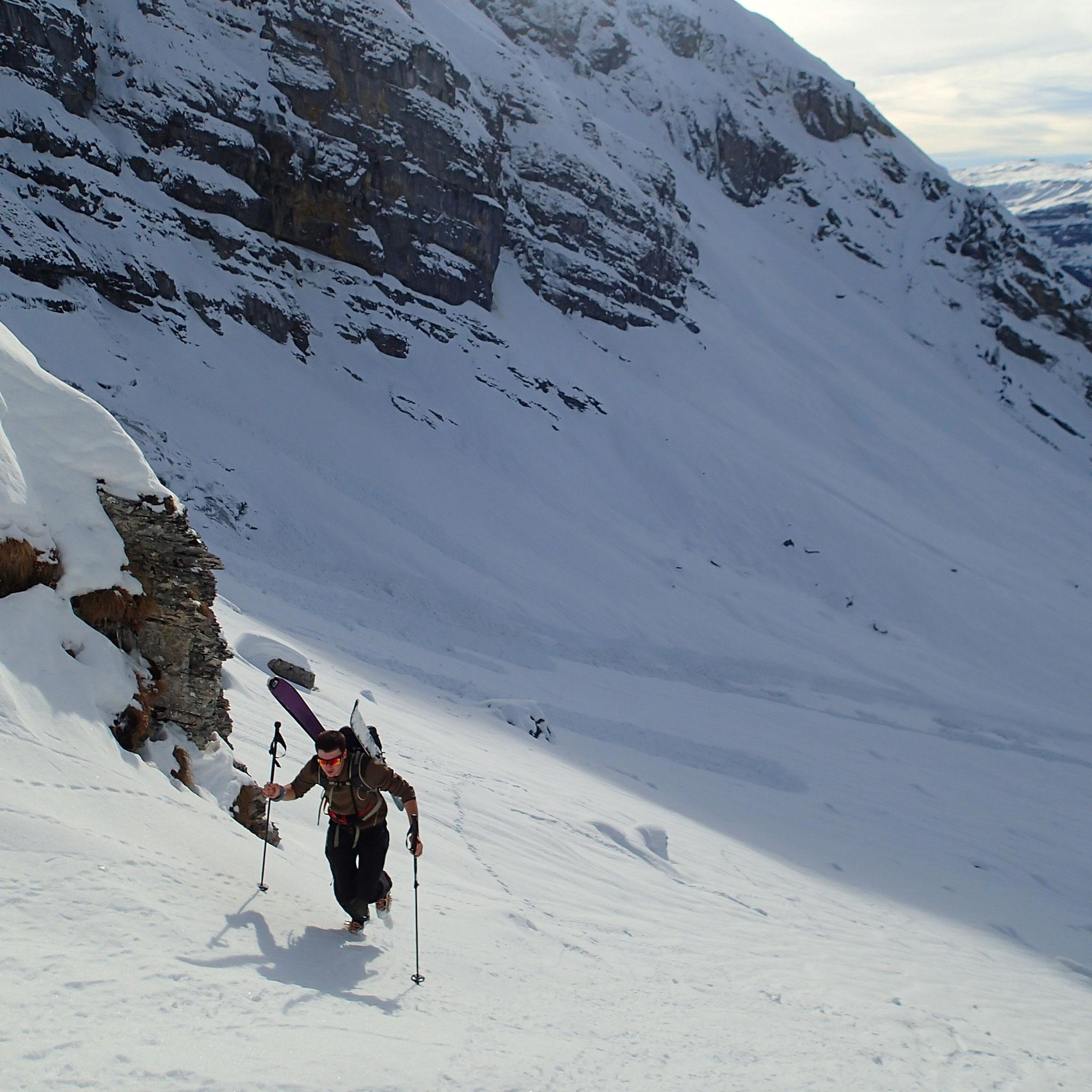 A pied skis sur le sac pour la dernière pente