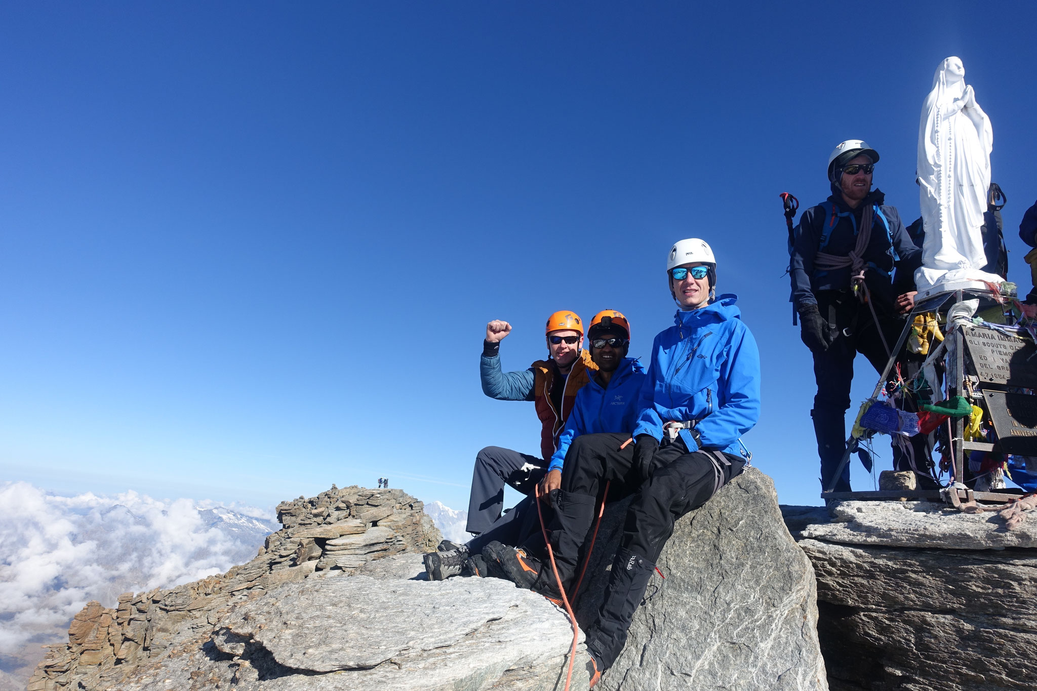 Le team au sommet, avec la Madone