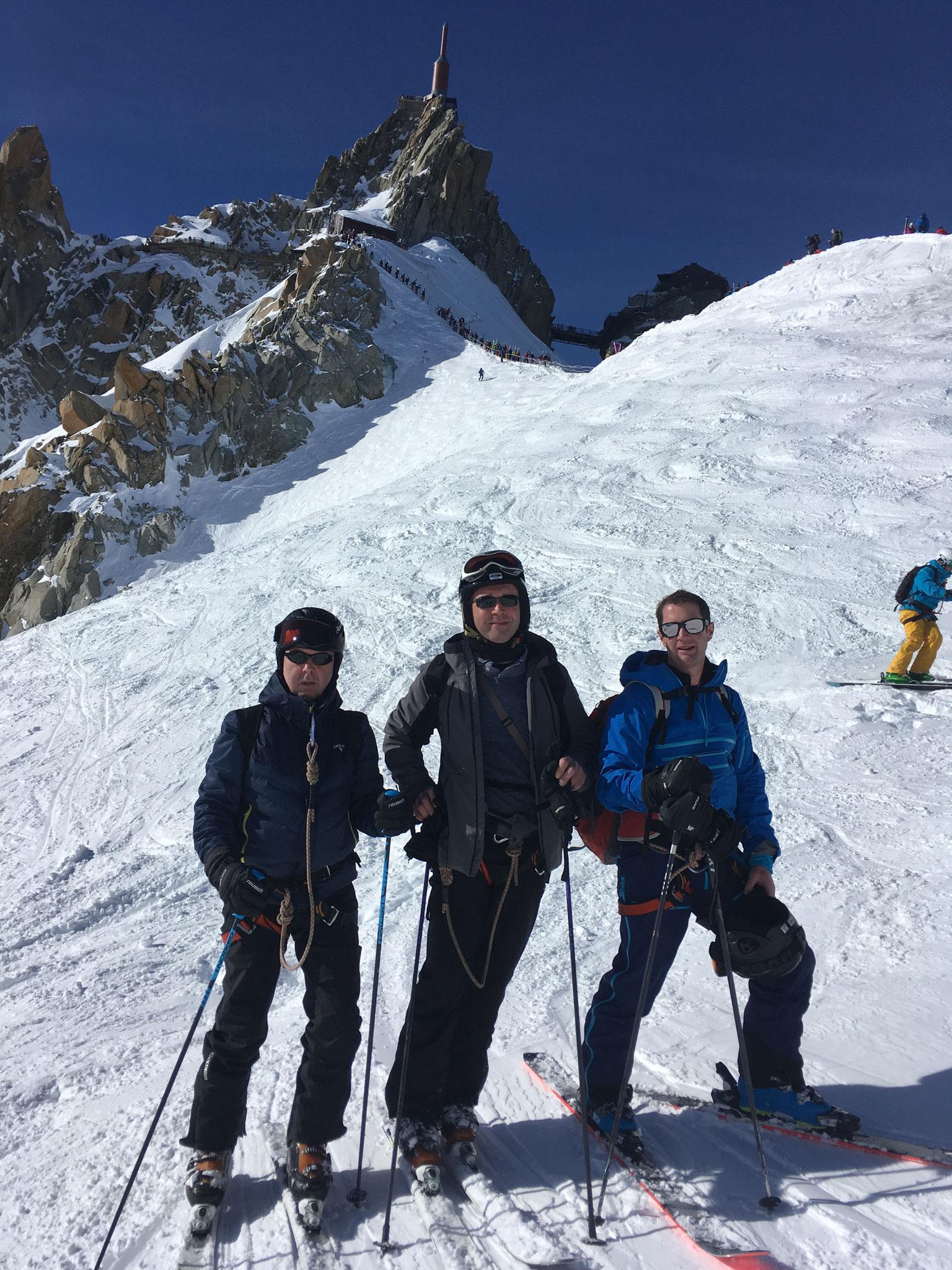 Au pied de l'arête, prêts à skier !