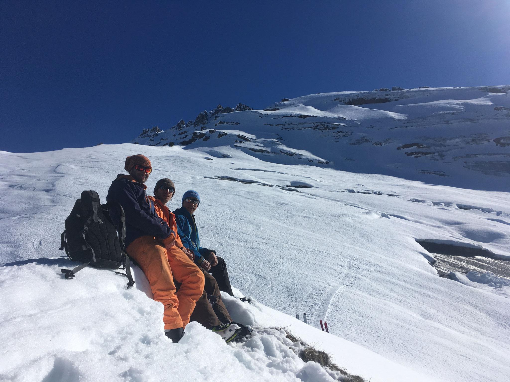 L'équipe au sommet, sur un banc taillé dans la neige