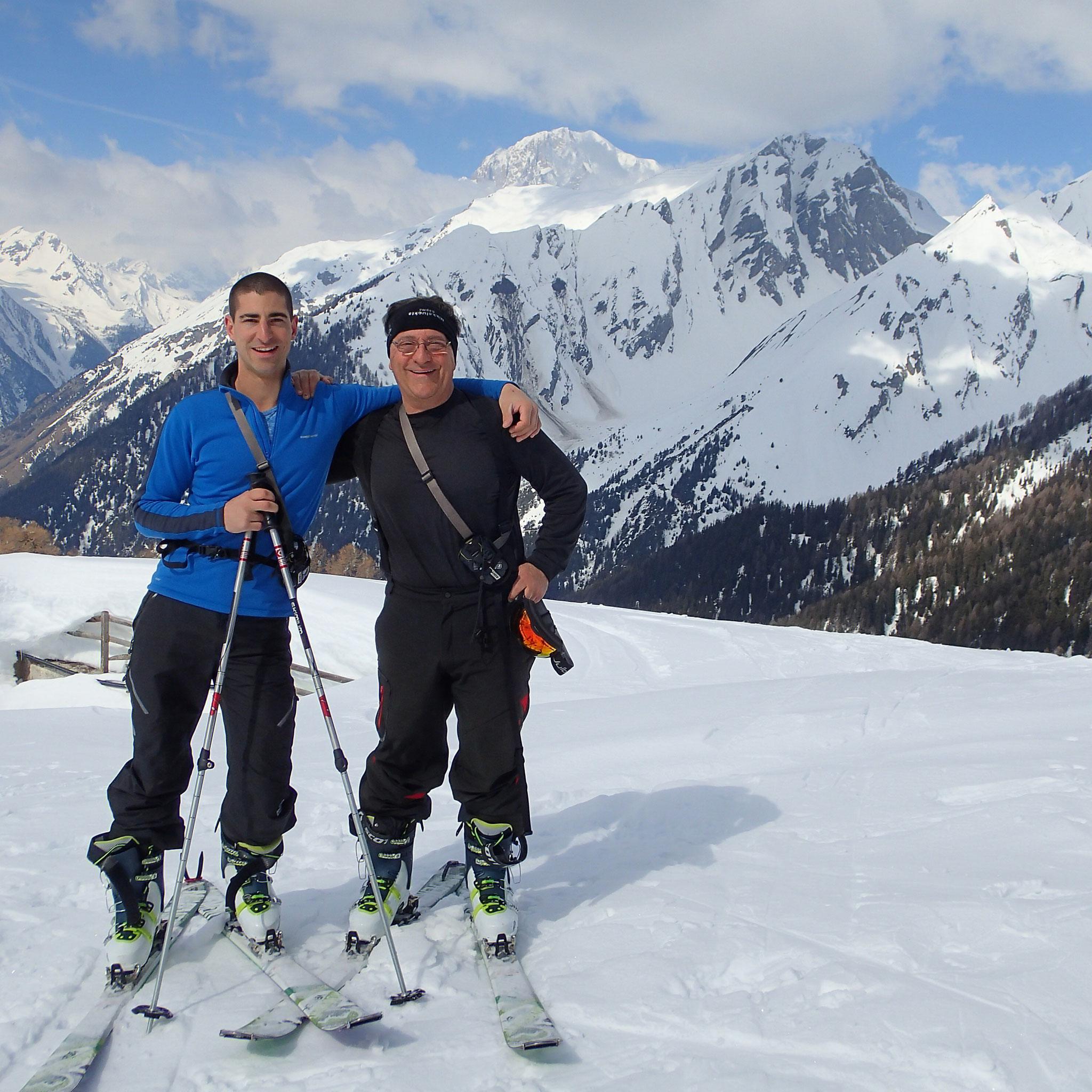 Père et fils devant le Mont-Blanc