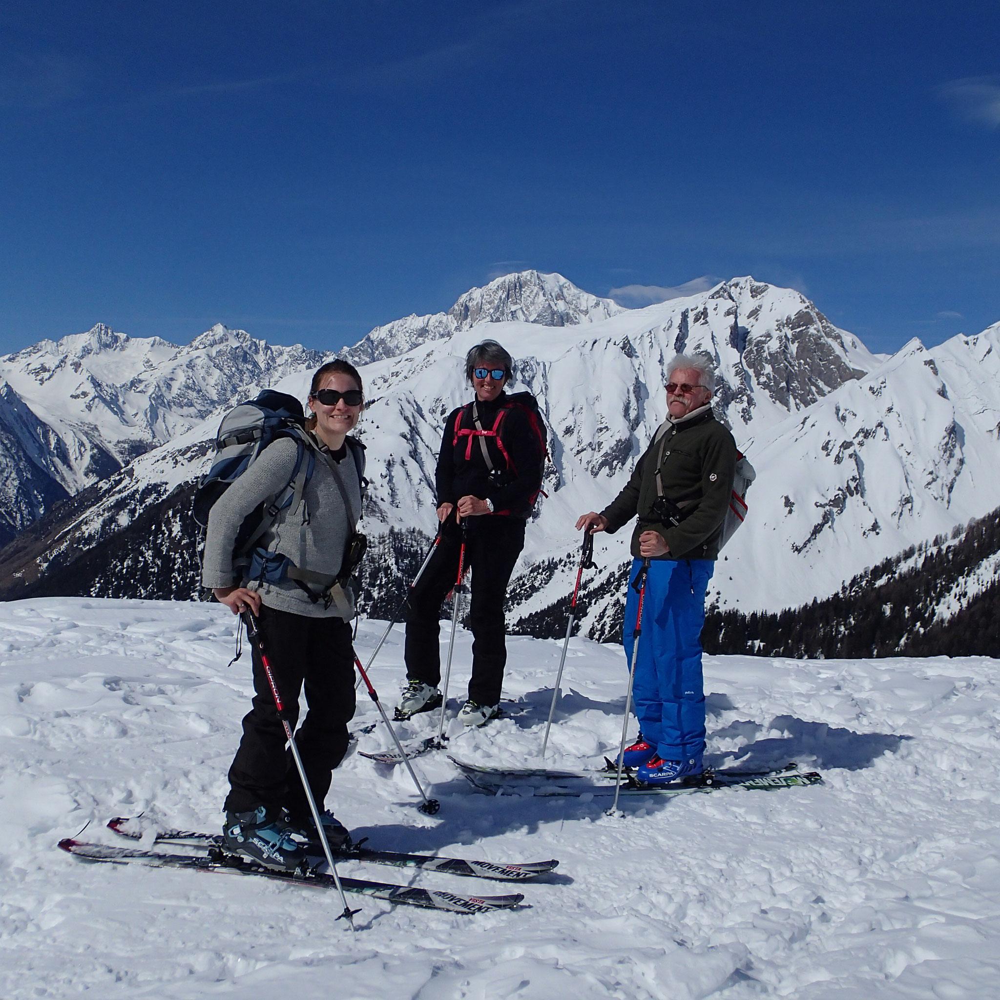 Aline, Elisabeth et J-Michel avec le Mt-Blanc en toile de fond