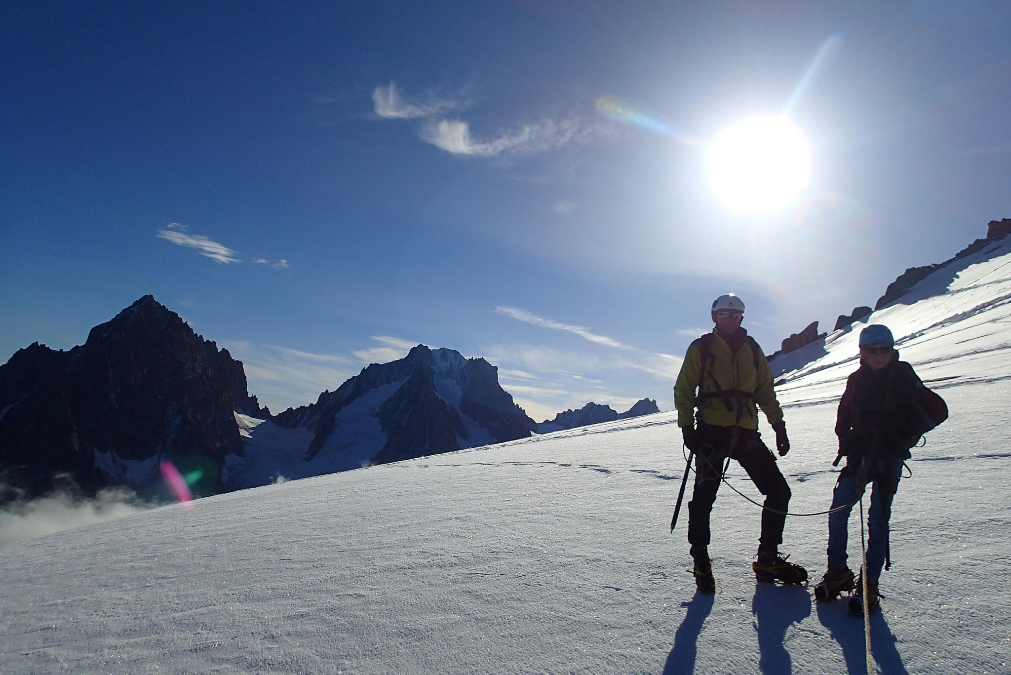 Sous un beau soleil, père et fils en montagne