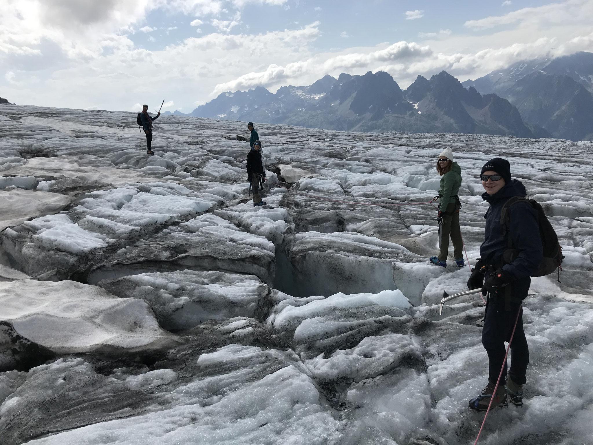 En zig-zag autour des crevasses sur le Glacier du Tour