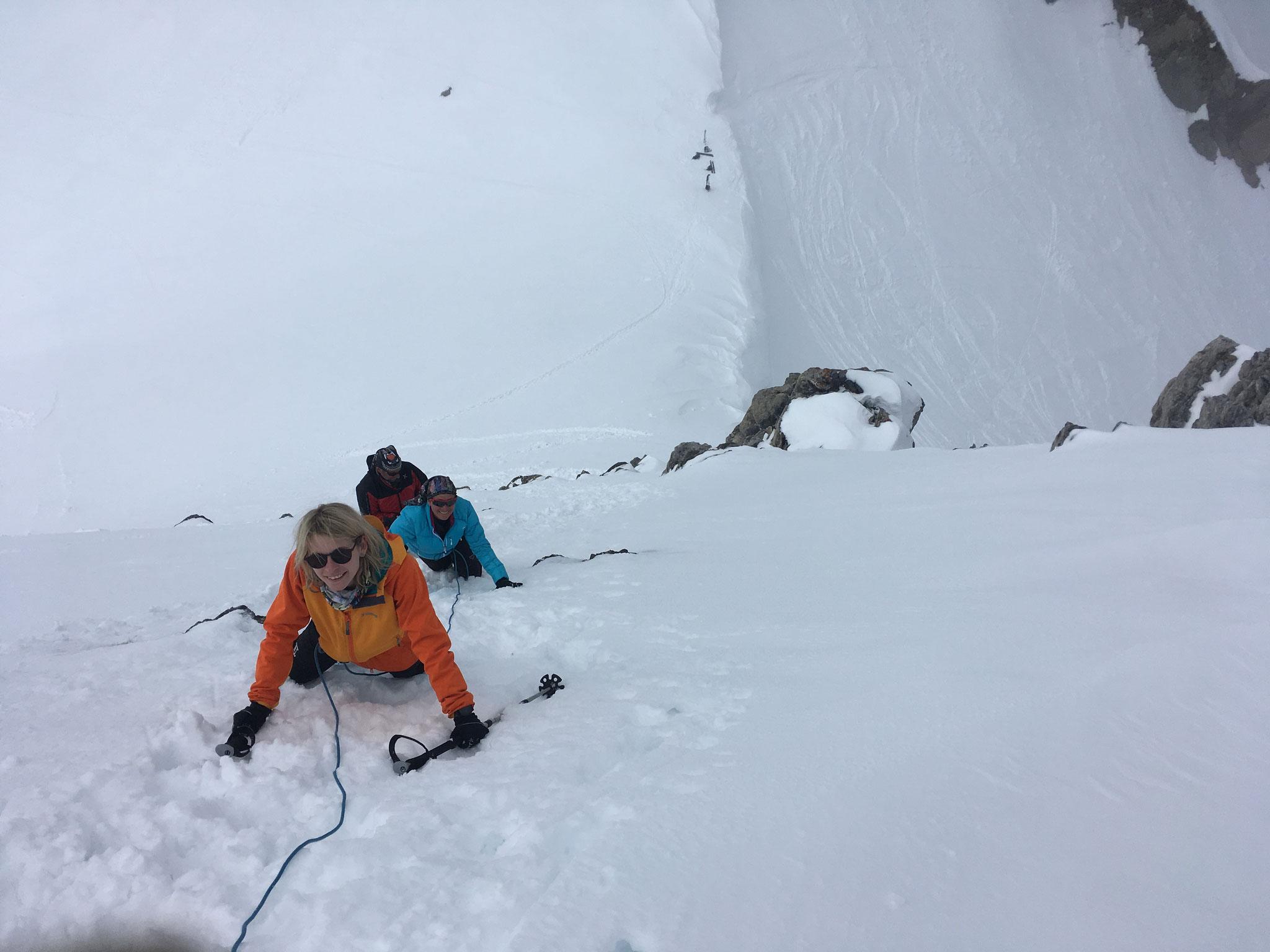 Encordés, crampons au pieds, escalade au-dessus du Col de La Cicle