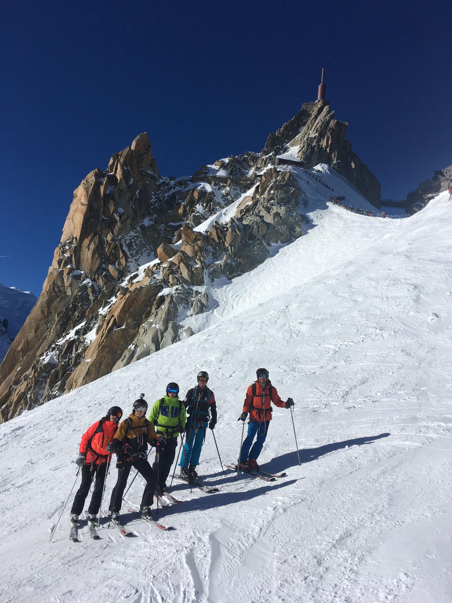 L'équipe prête pour le départ à ski