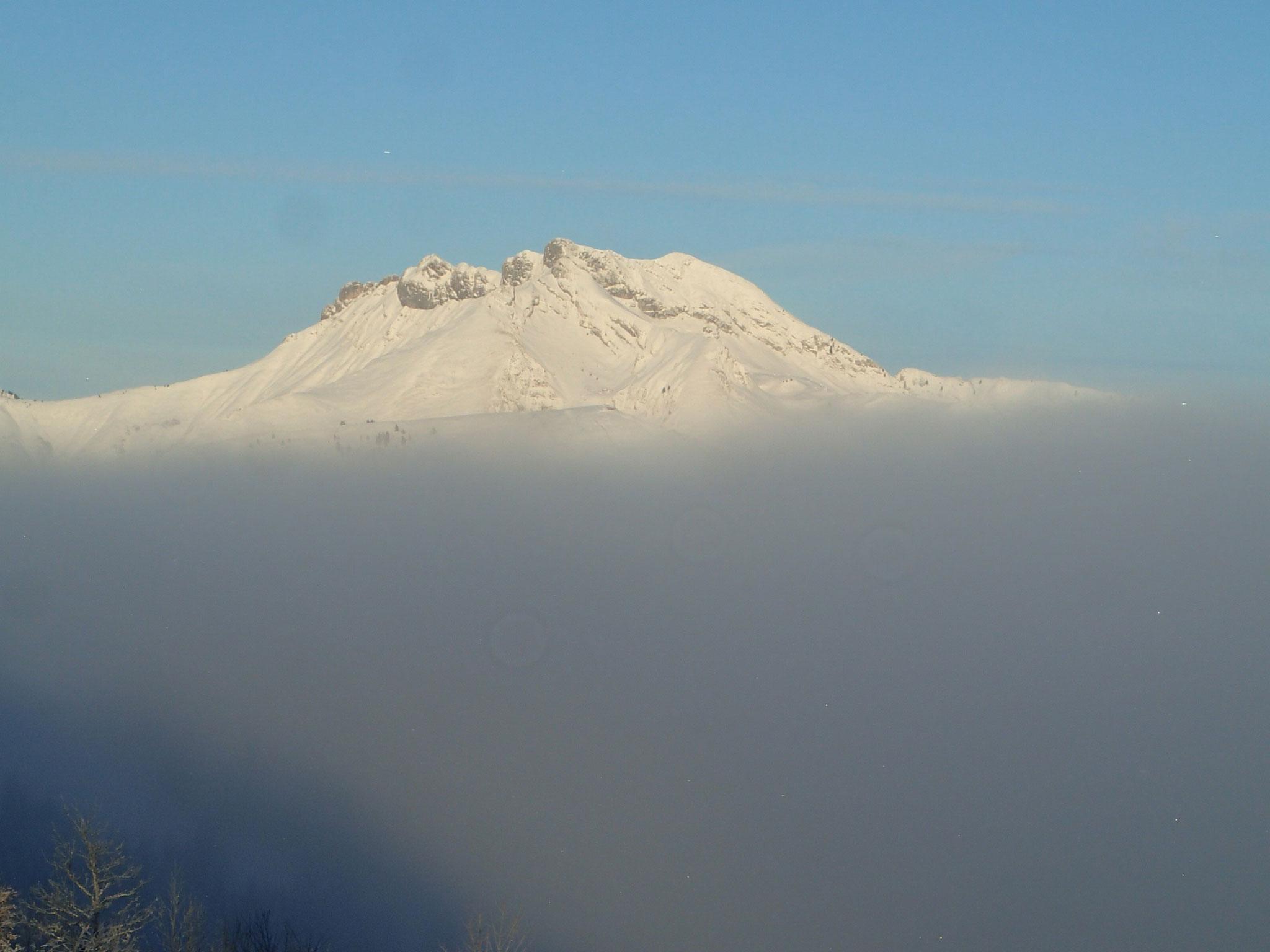 Le Roc d'Enfer émerge au dessus des nuages