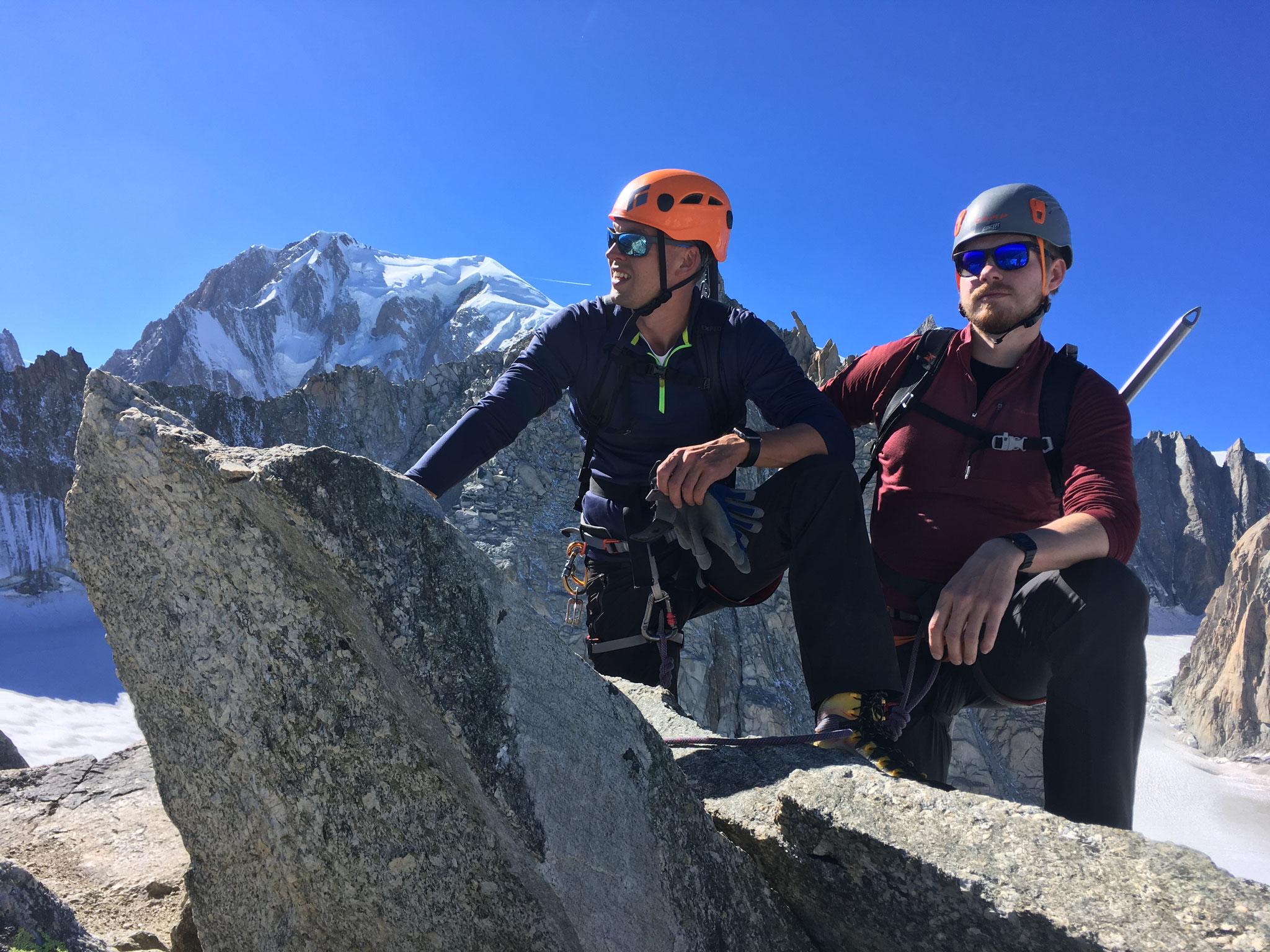 Pause à la descente, sous le regard du Roi Mt-Blanc