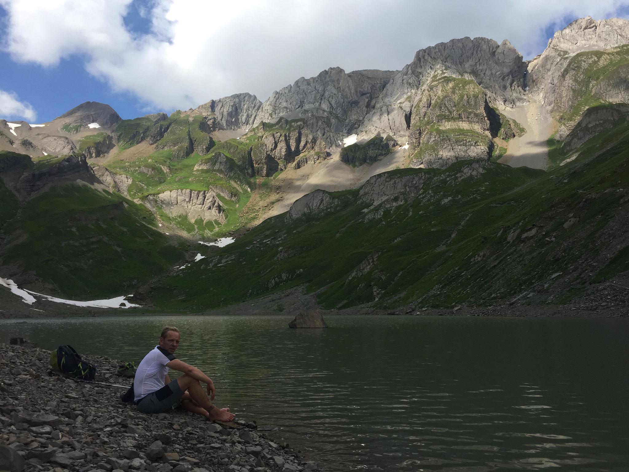 Avant l'arrivée au Refuge, bain de pieds au Lac. Très agréable !