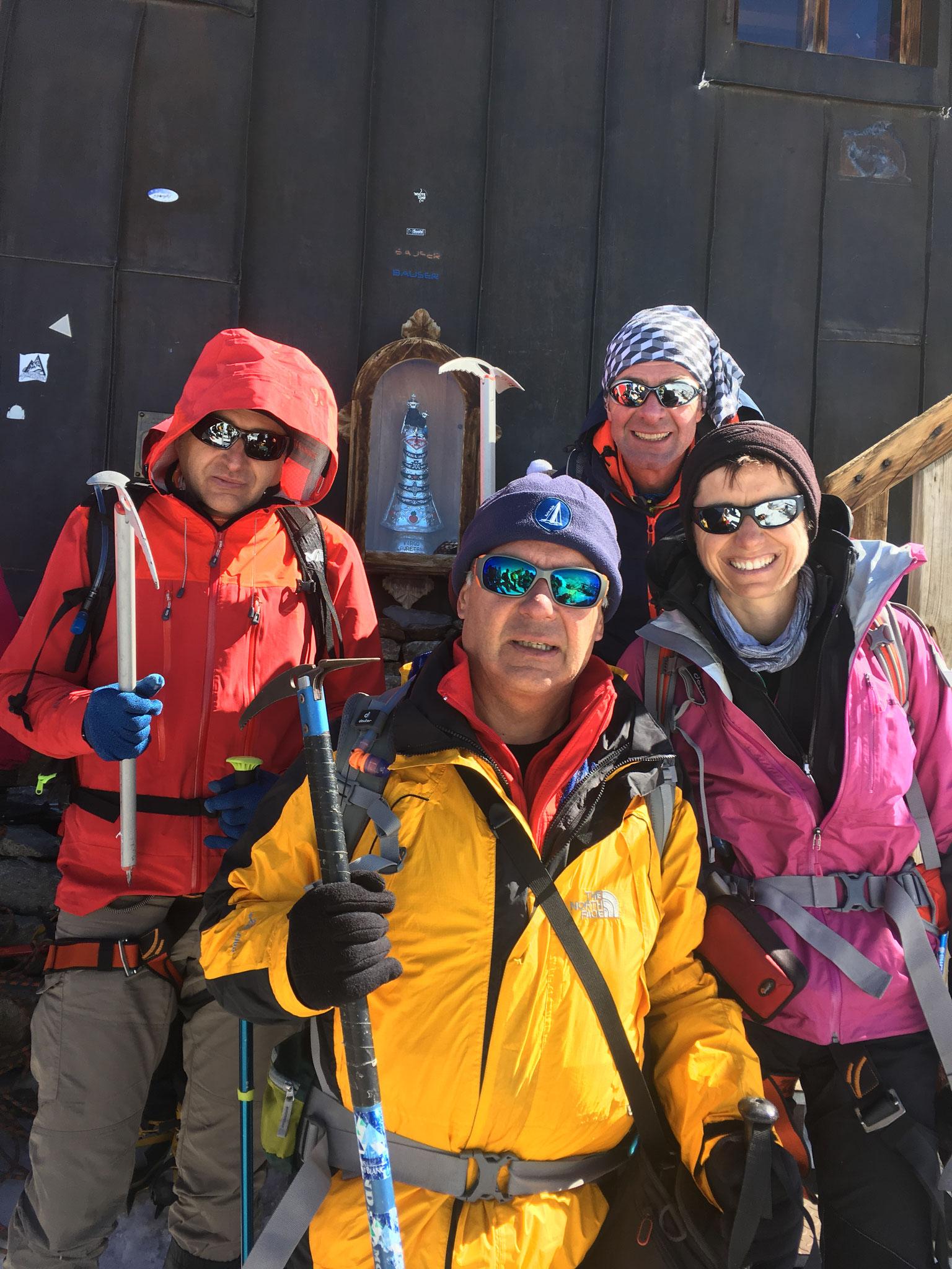Le team au pas de porte de la Capanna Margherita