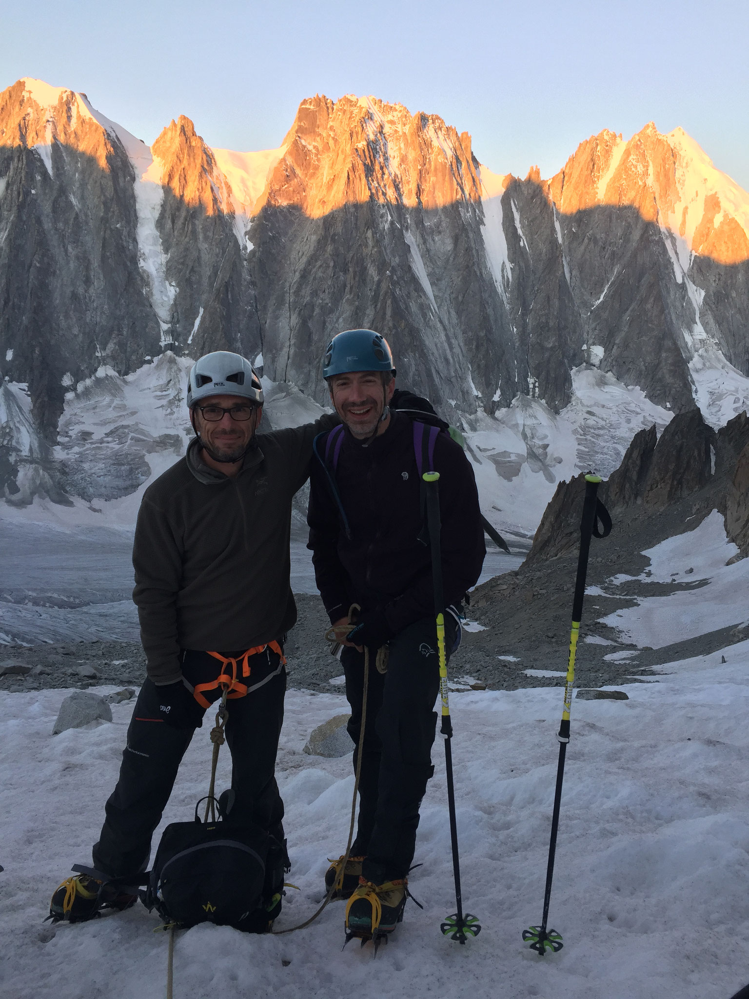 Au lever du soleil, la cordée sur le Glacier des Améthystes