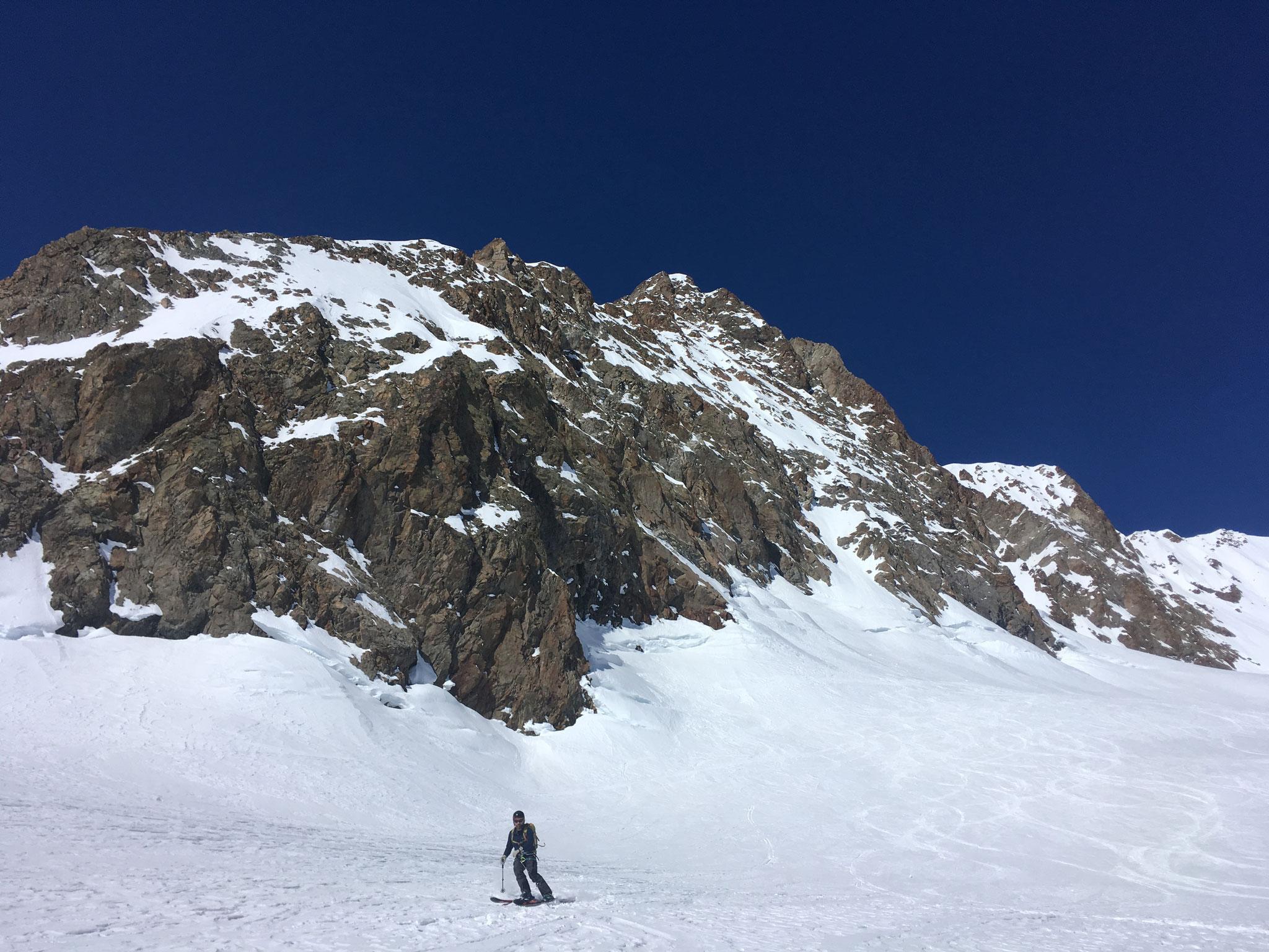 Sous l'Aiguille des Glaciers, Jean-No se régale et enchaîne les courbes