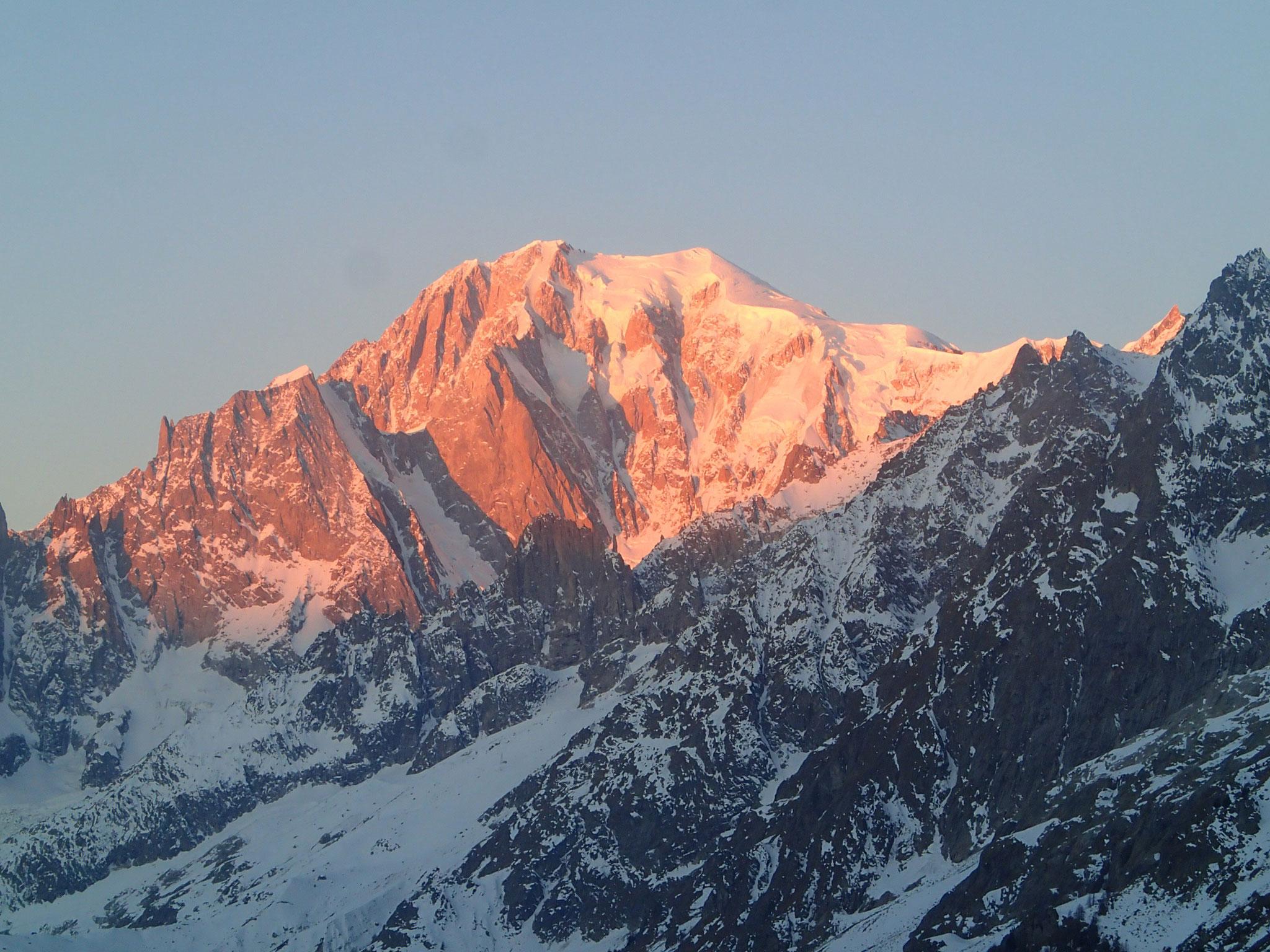 Au matin du 1er janvier, le Mt-Blanc s'illumine