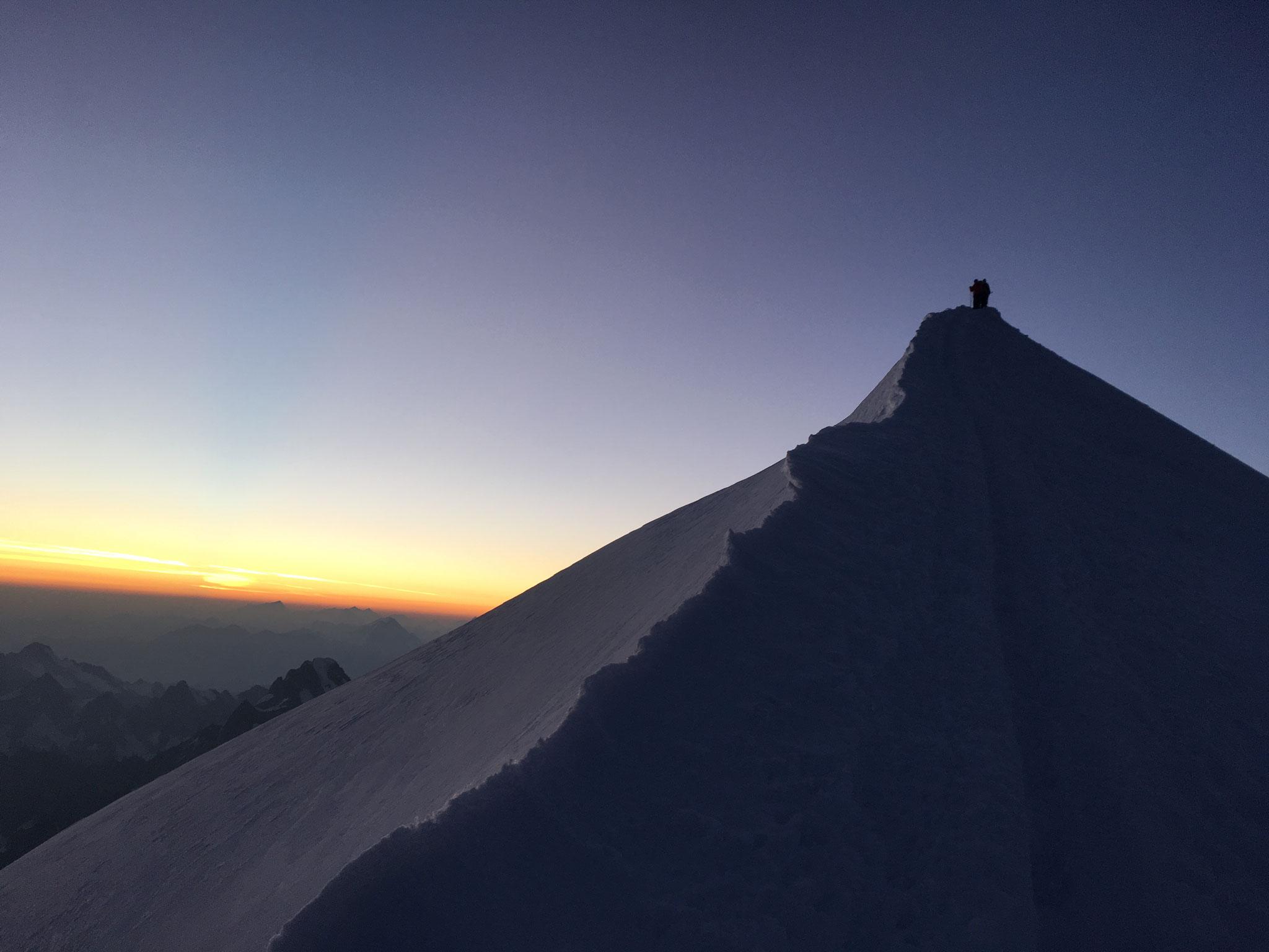 Premières lumières et déjà une cordée au sommet