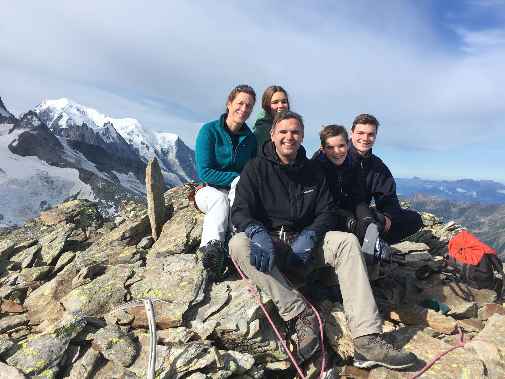 Toute la famille de Priscilla et Nicolas Degand au sommet du Bec Rouge Supérieur