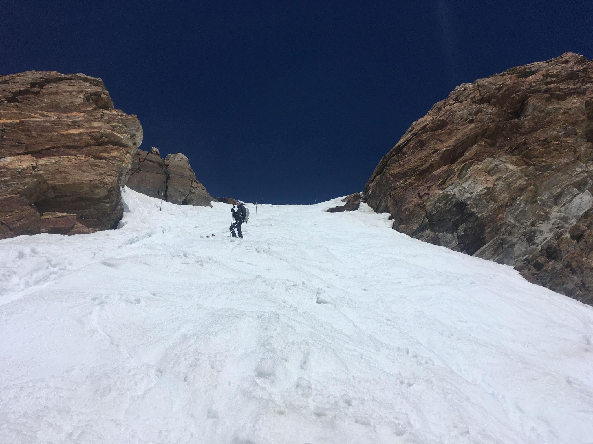 Après une super descente à ski, le dernier couloir raide direct sur Pta Indren