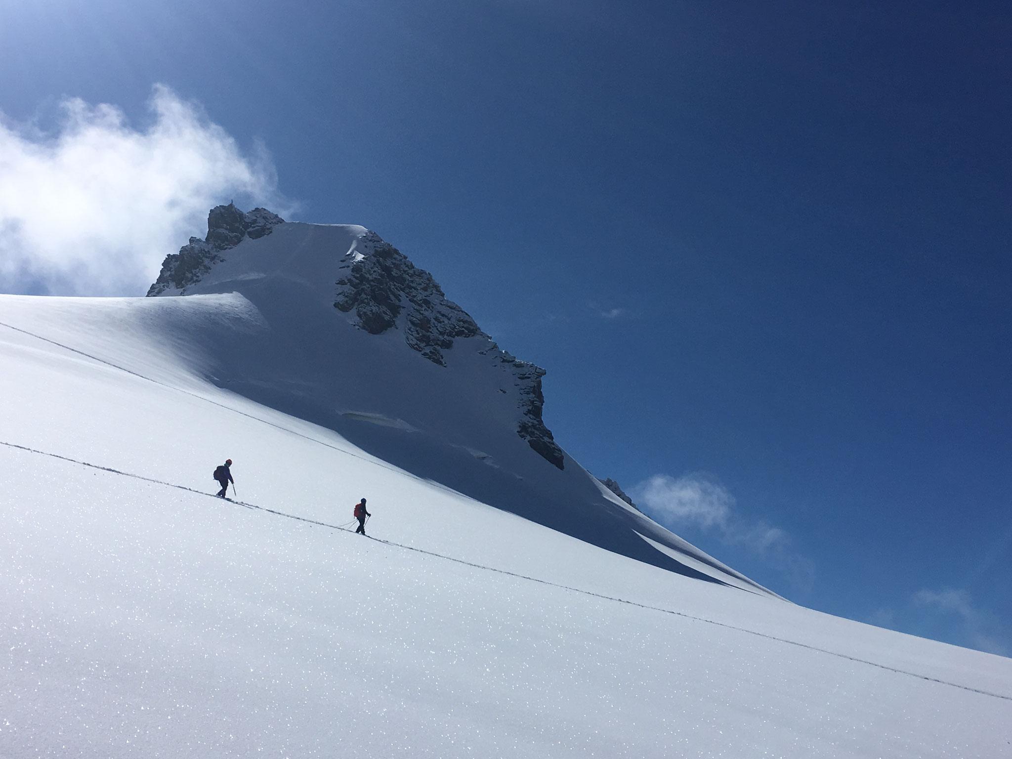 Ambiance montagne... Une cordée sous le Corno Nero