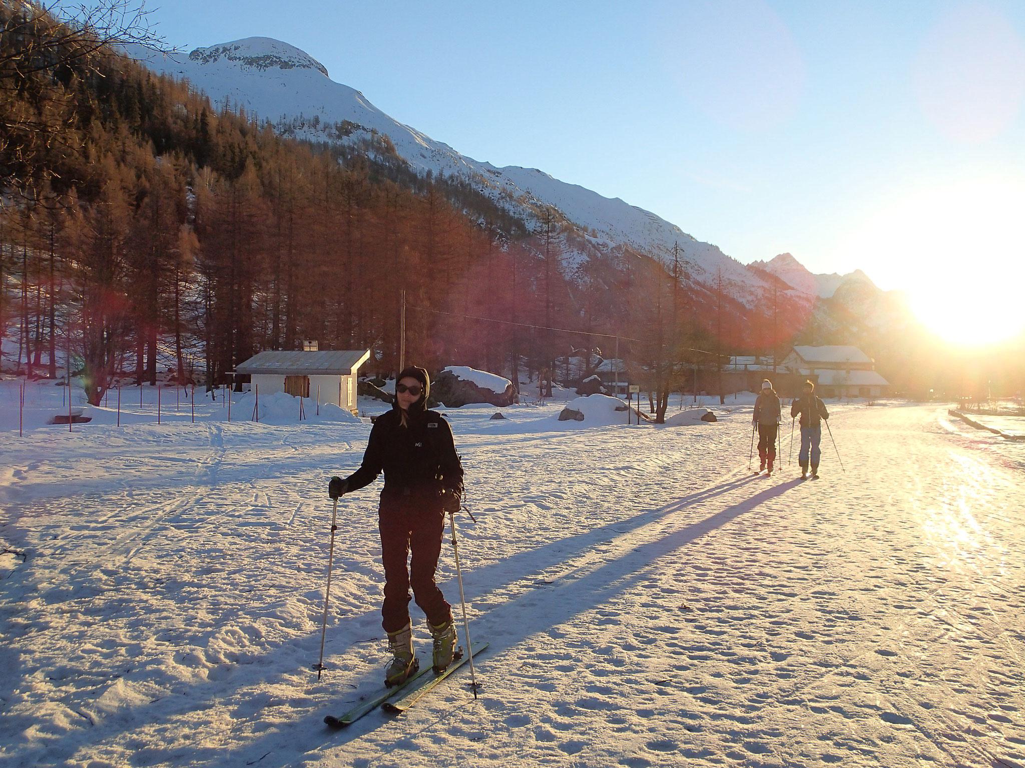 Skis aux pieds pour l'accès au refuge