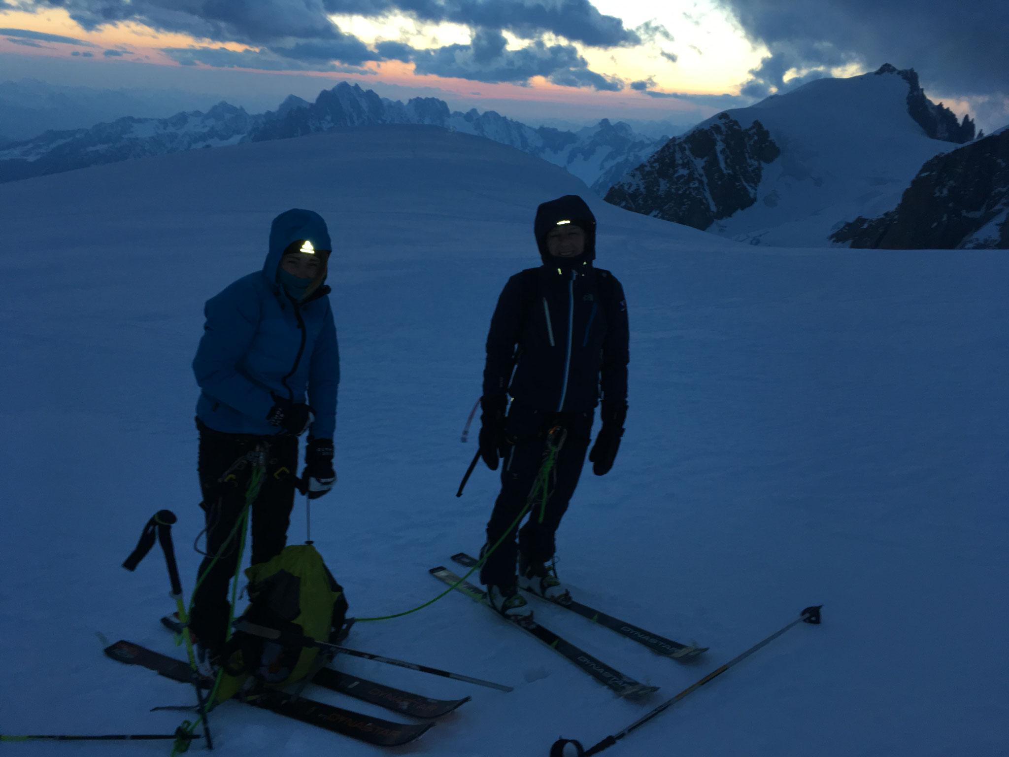 Aux premières lueurs, Carla et Sophie au sommet de l'Arête N du Dôme
