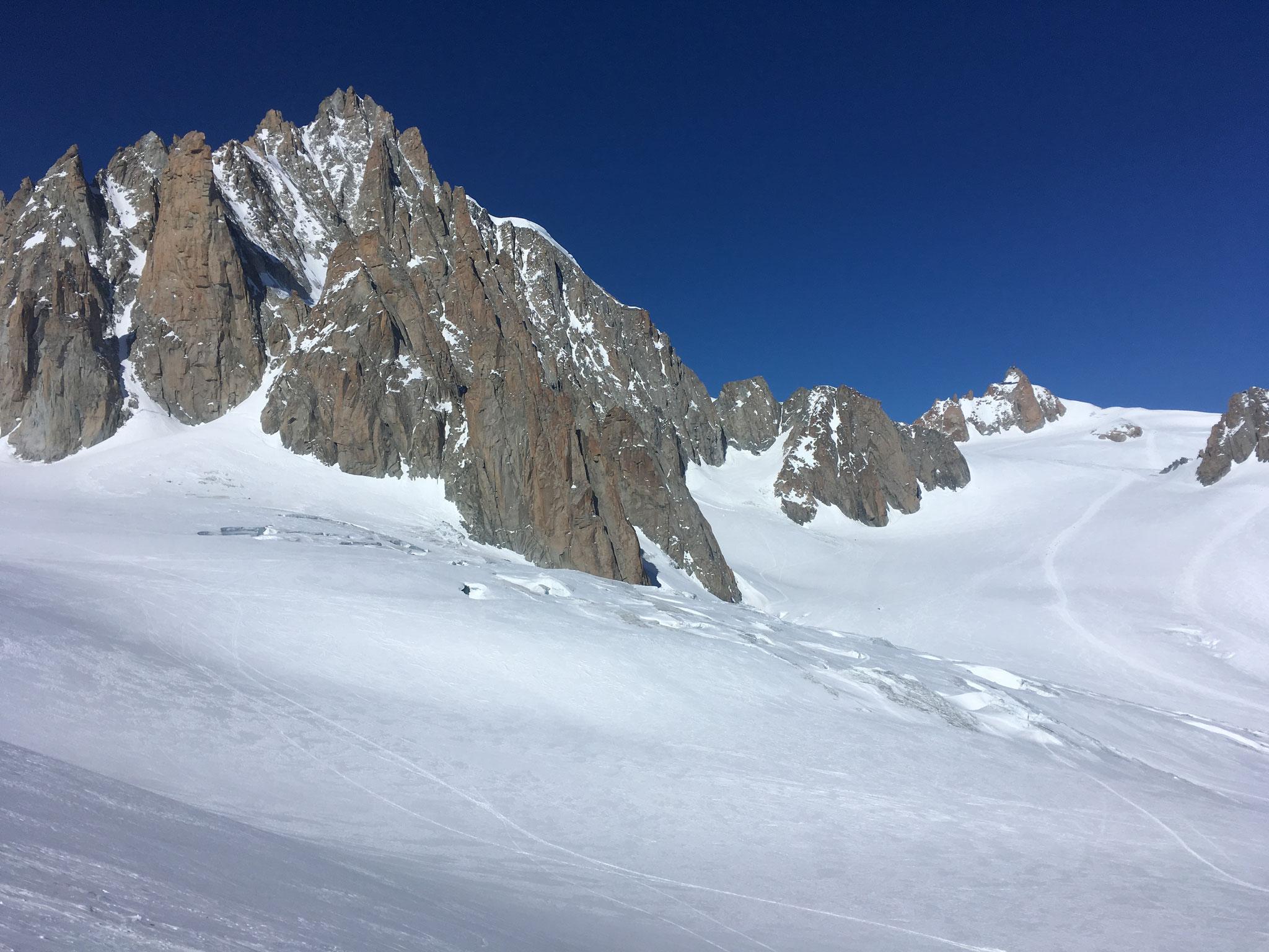 Le vaste bassin glaciaire de la Vallée Blanche. Au fond, l'Aiguille du Midi