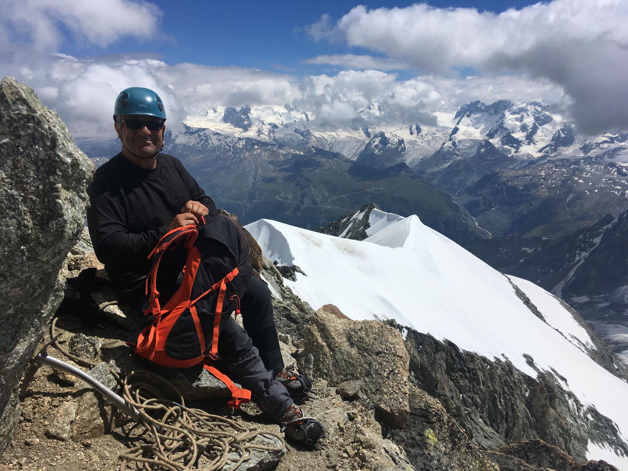 Descente retour, Michel dans les derniers mètres de l'arête Sud-Est, direction Rothornhütte