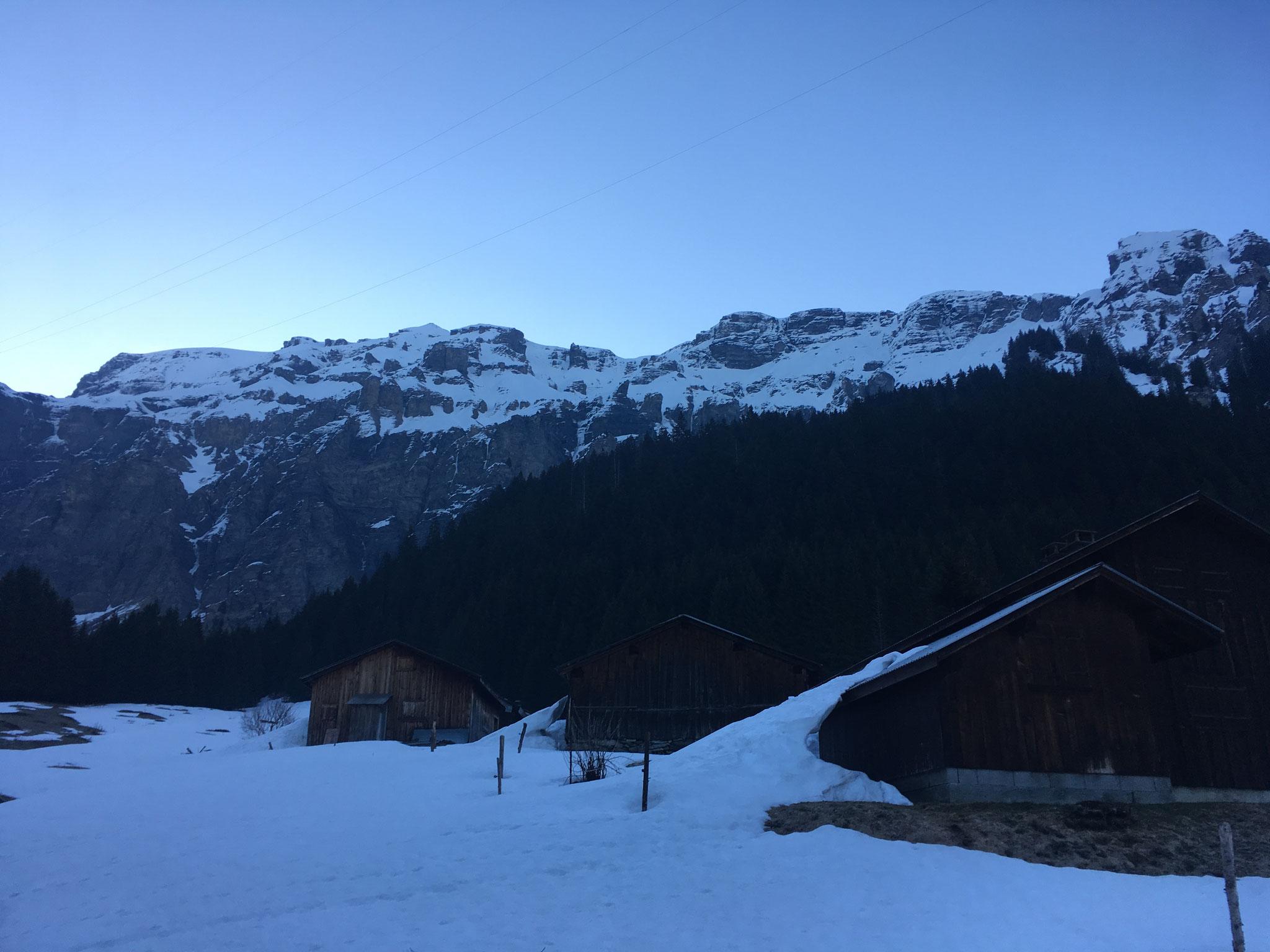 Au petit matin, skis aux pieds aux Chalets des Fonts
