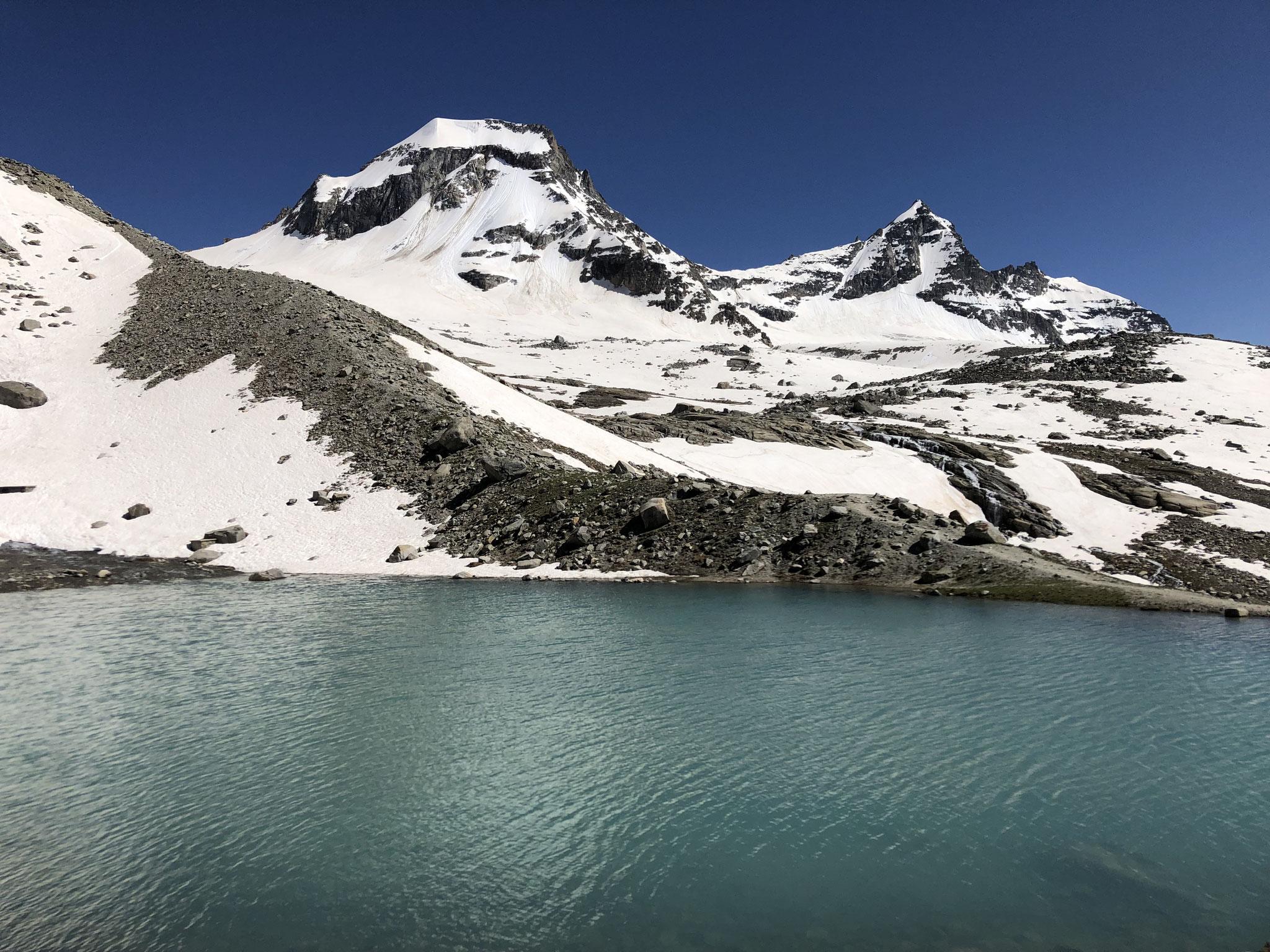Beaux contrastes à Vittorio-Emanuele, entre lac et Ciarforon