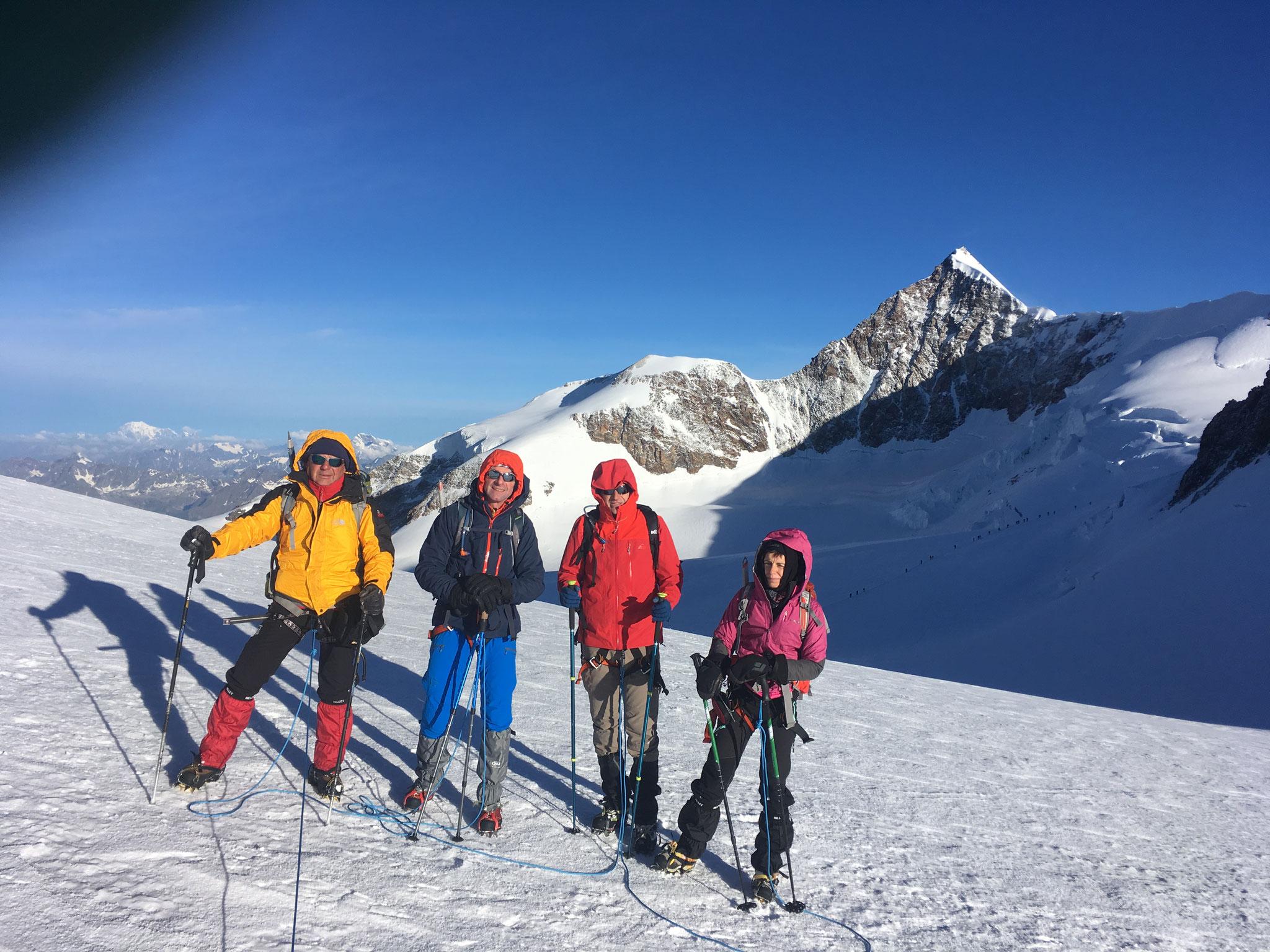 La cordée au col avant de rejoindre le sommet