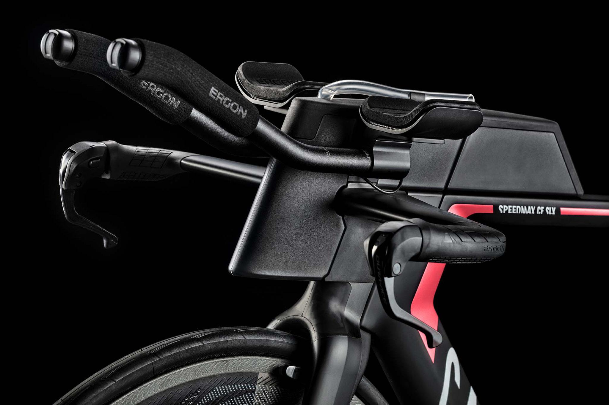 Aerodynamisch bis ins letzte Detail optimiert, zudem höchst ergonomisch: das Speedmax CF SLX Cockpit / Foto: Canyon Bicycles