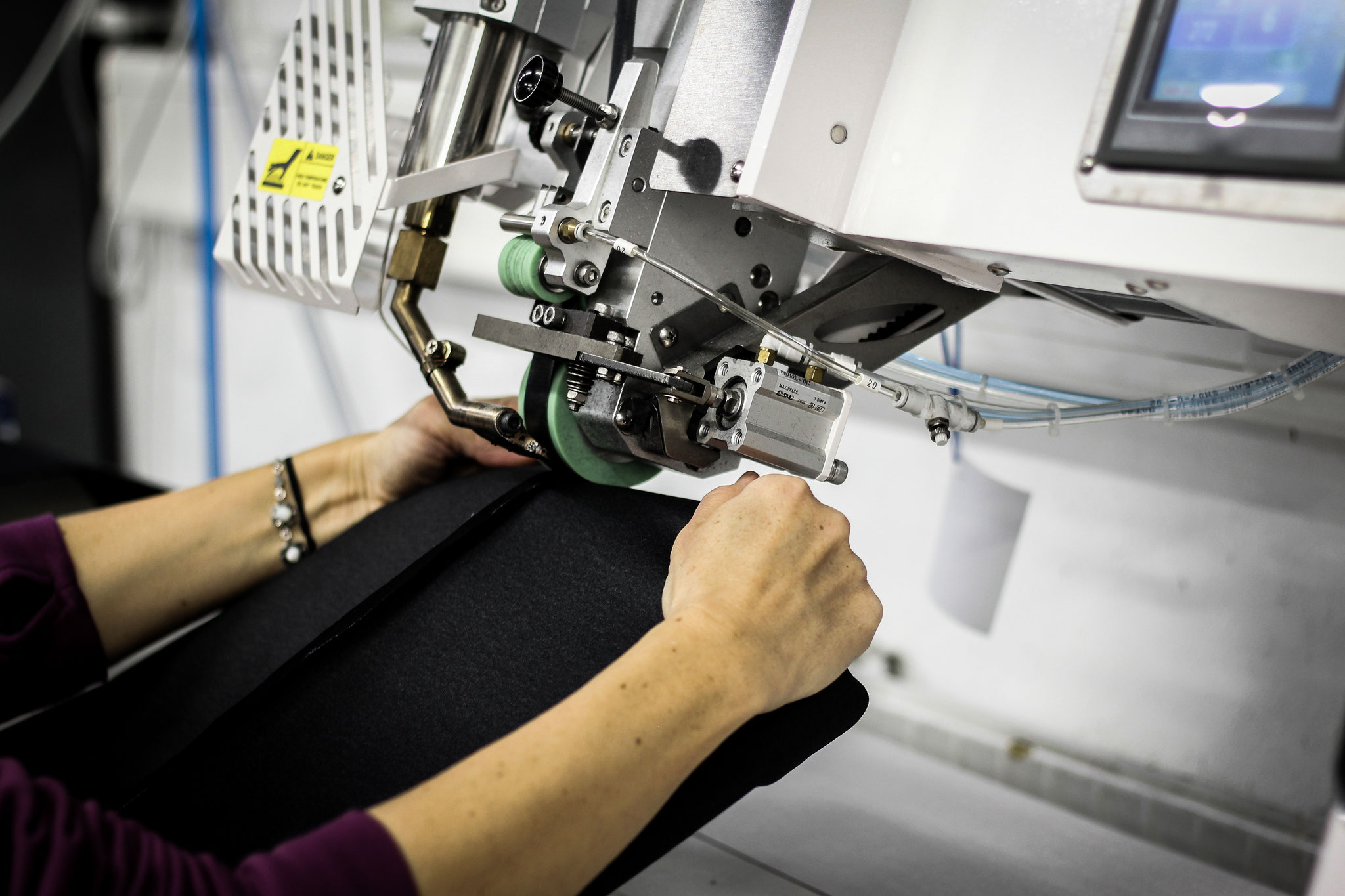 Auf die Nähte wird ein Schutzstreifen geschweißt und auch der Korpus selbst muss in einer Maschine geschweißt werden...