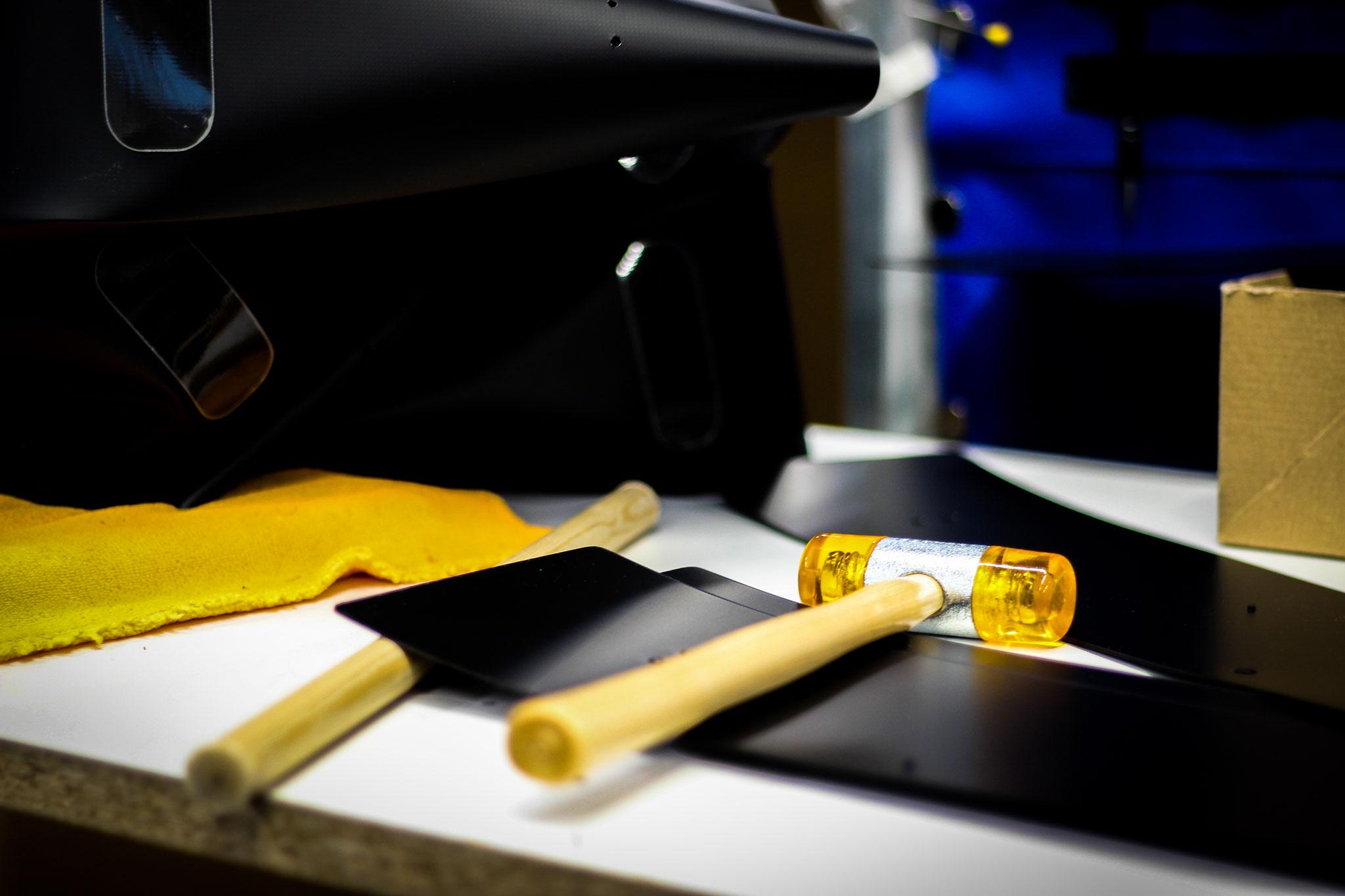 Zum Schluss wird die Tasche komplettiert: Reflektoren, Schnallen, Taschenboden, Füße und Adapter - all diese Sicherheits- und Komfortfeatures machen die Tasche zum beliebten und praktischen Produkt.