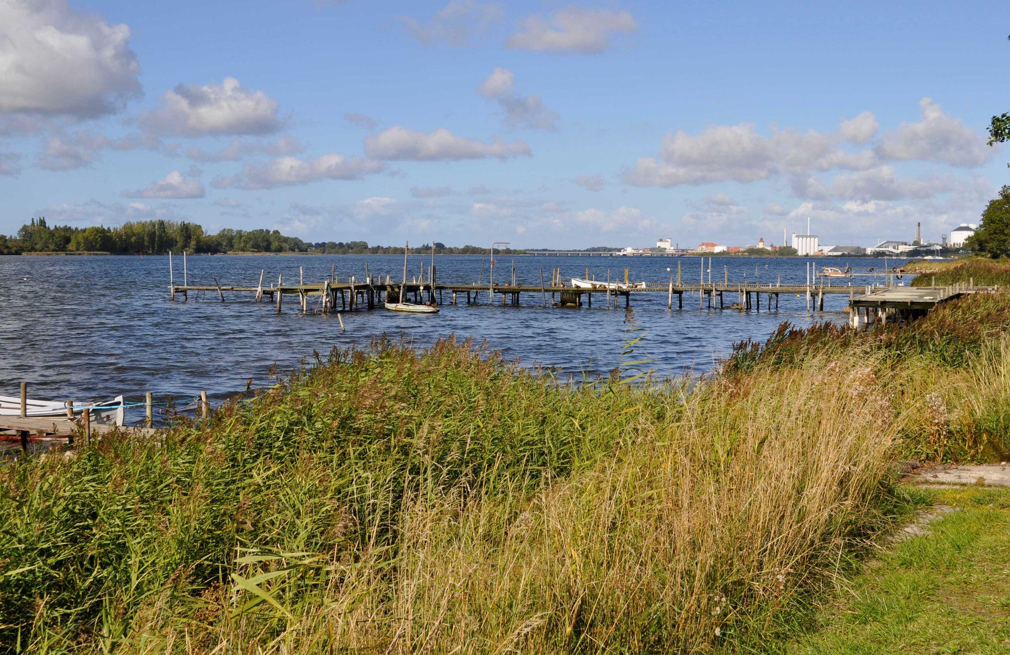 Bootssteege in Hasselö Plantage, mit der Zuckerfabrik im Hintergrund.