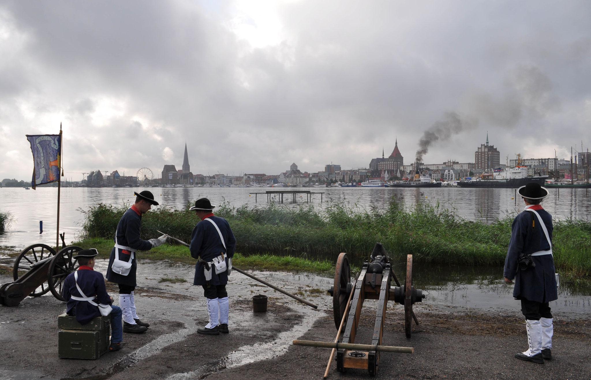 Kanoniere während der Hanse Sail am Gehlsdorfer Ufer.